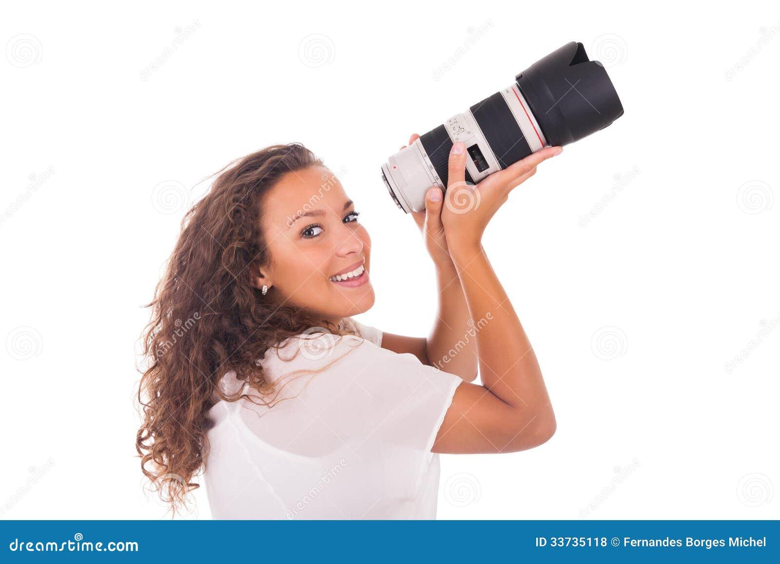 Милая женщина профессиональный фотограф с объективом фотоаппарата