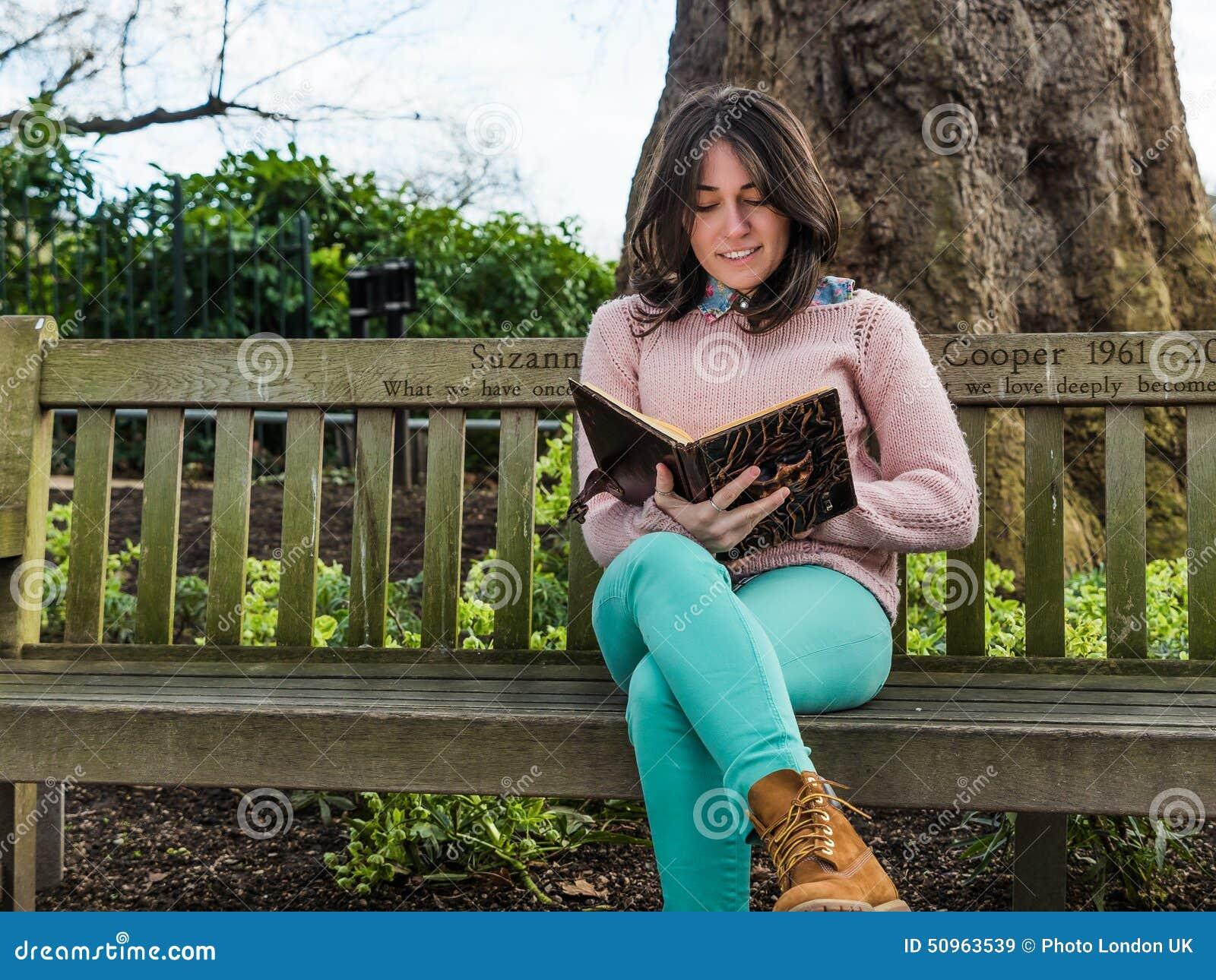 фото женщины на скамейке