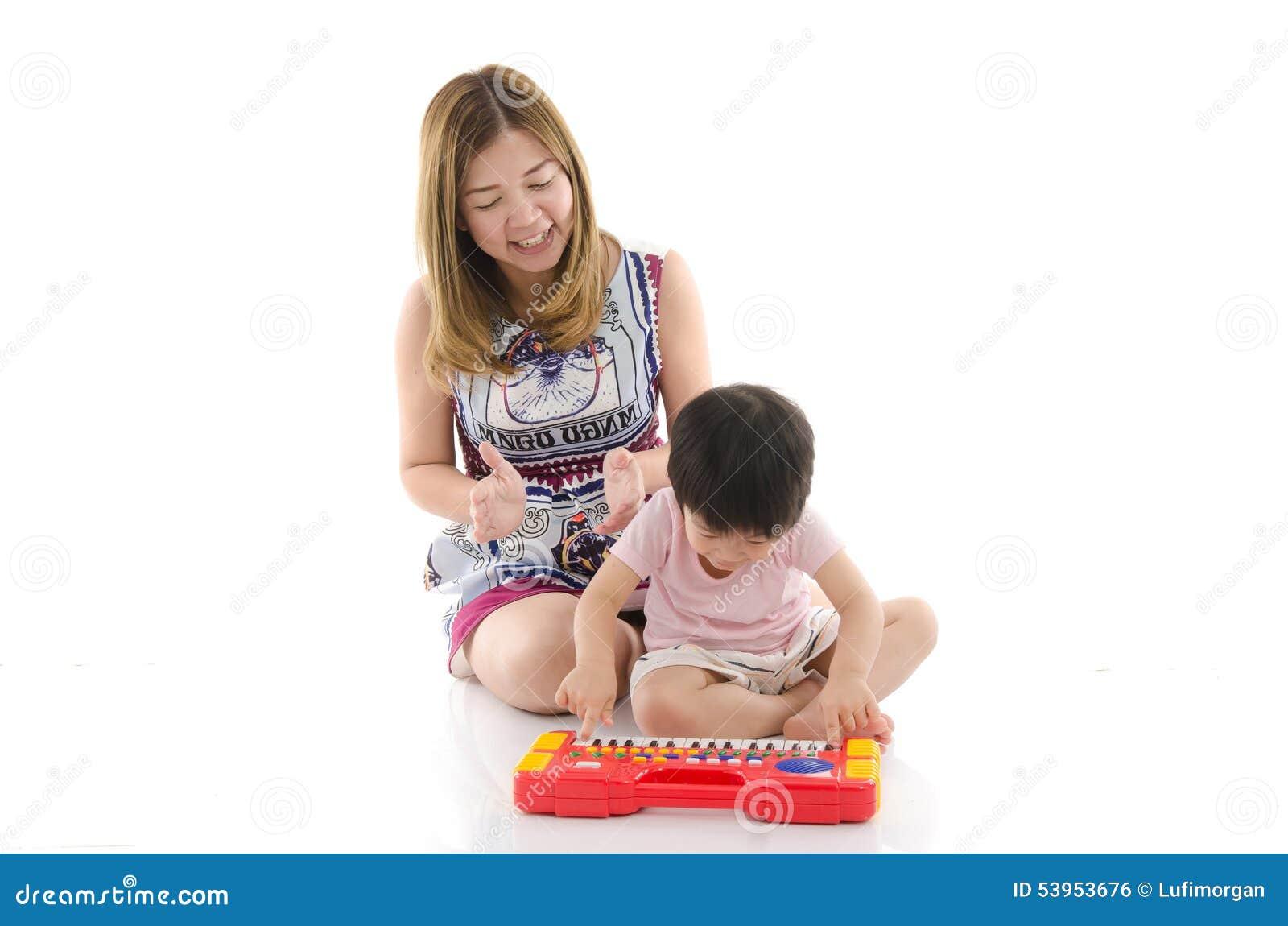 женщина игрушка для сына