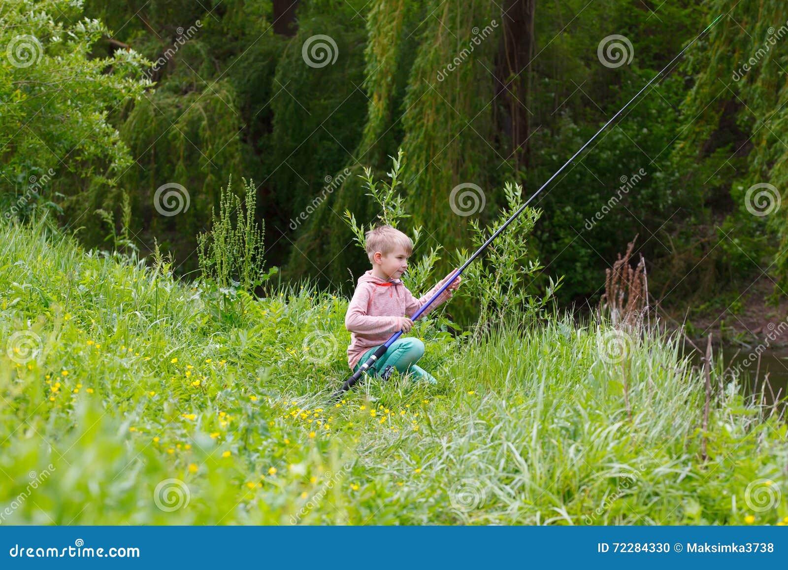Download Милая малая рыбная ловля мальчика на реке Стоковое Фото - изображение насчитывающей рыболовство, мало: 72284330