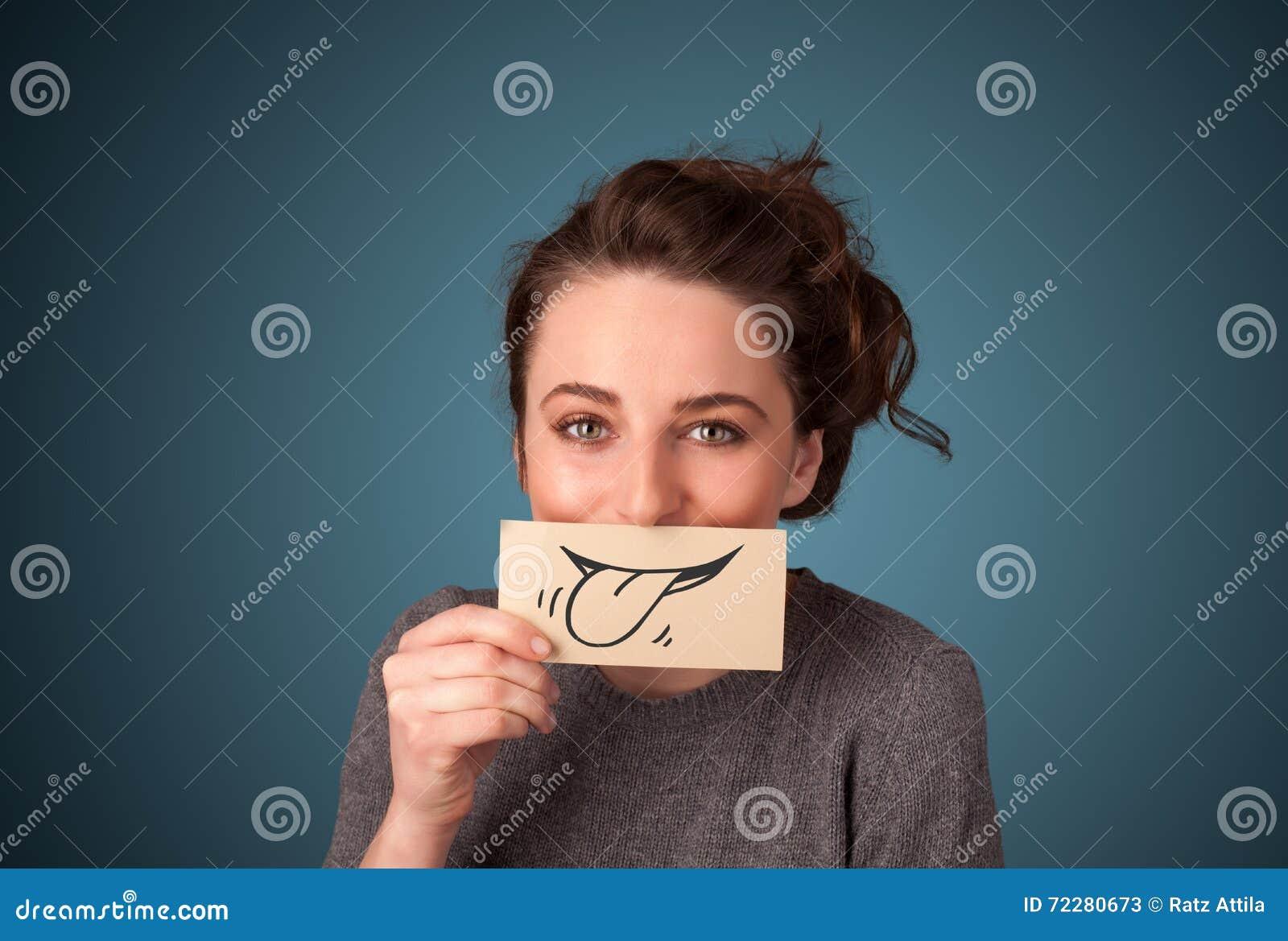 Download Милая маленькая девочка держа белую карточку с чертежом улыбки Стоковое Изображение - изображение насчитывающей самомоднейше, emoticon: 72280673