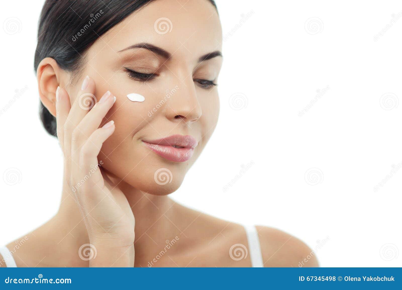 Милая молодая женщина заботить ее кожи