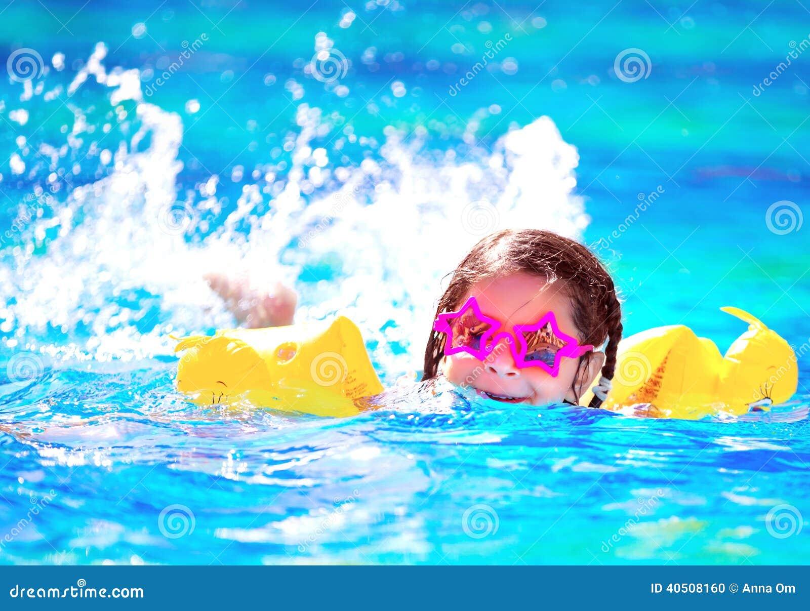 Милое маленькое заплывание младенца в бассейне