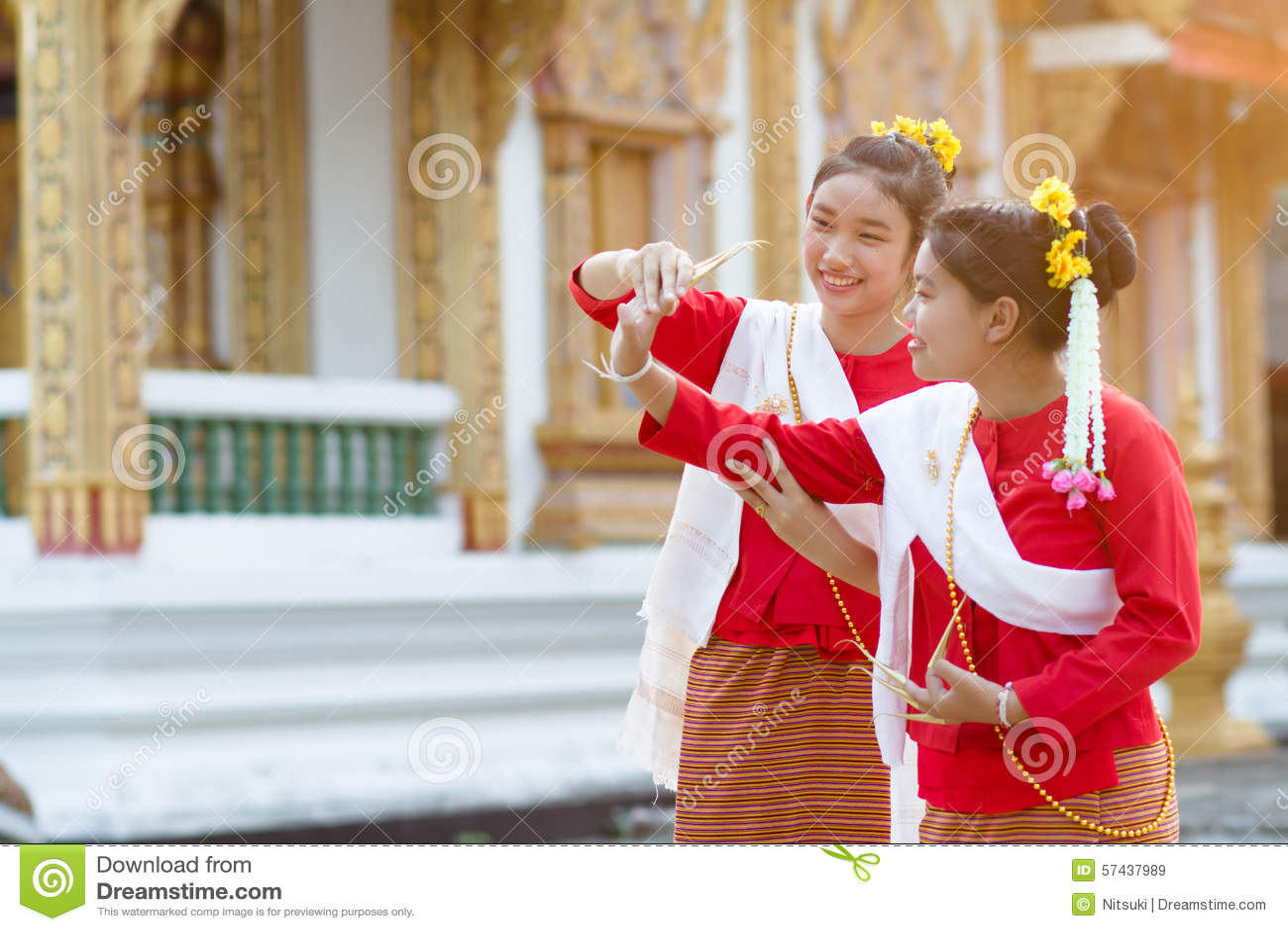 Милые девушки в тайском костюме традиции