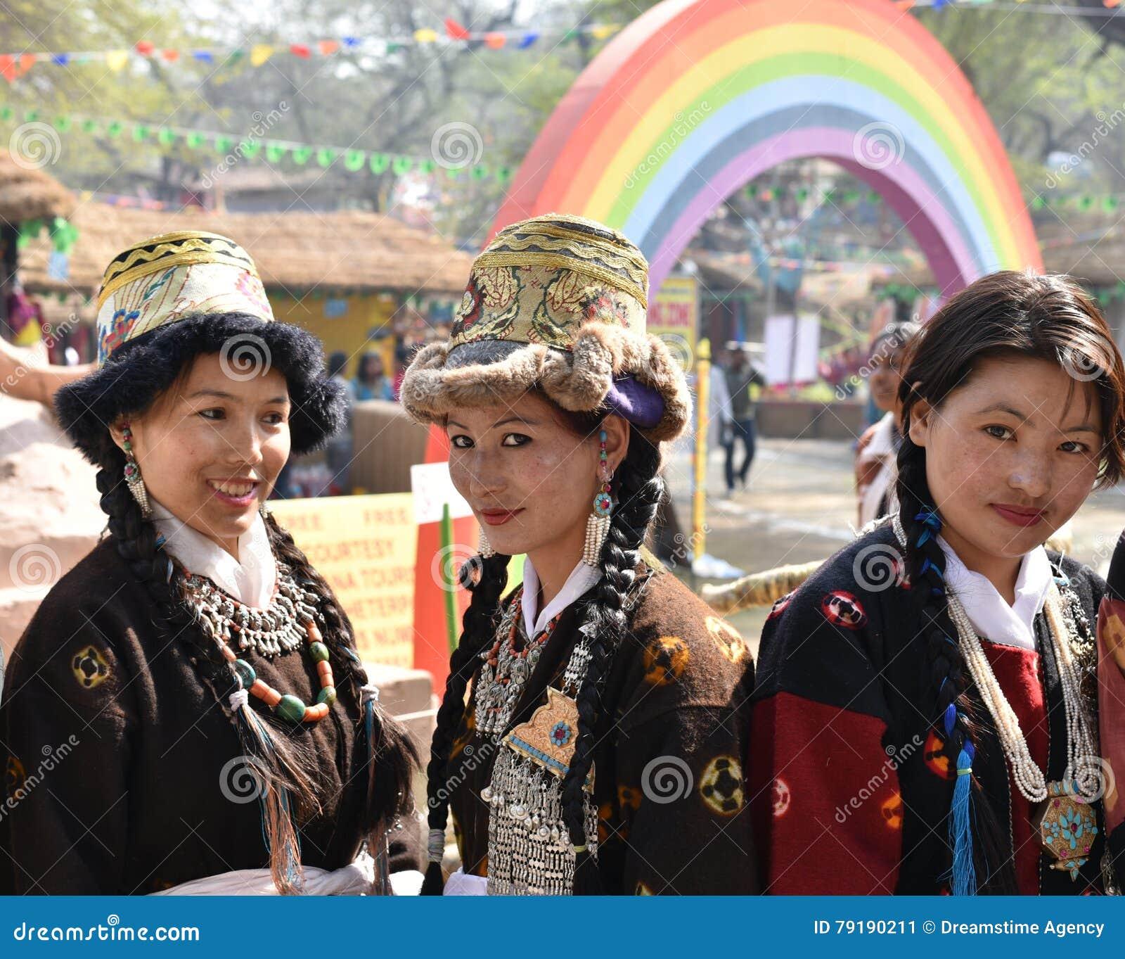 Милые девушки в традиционных индийских племенных платьях и наслаждаться ярмаркой