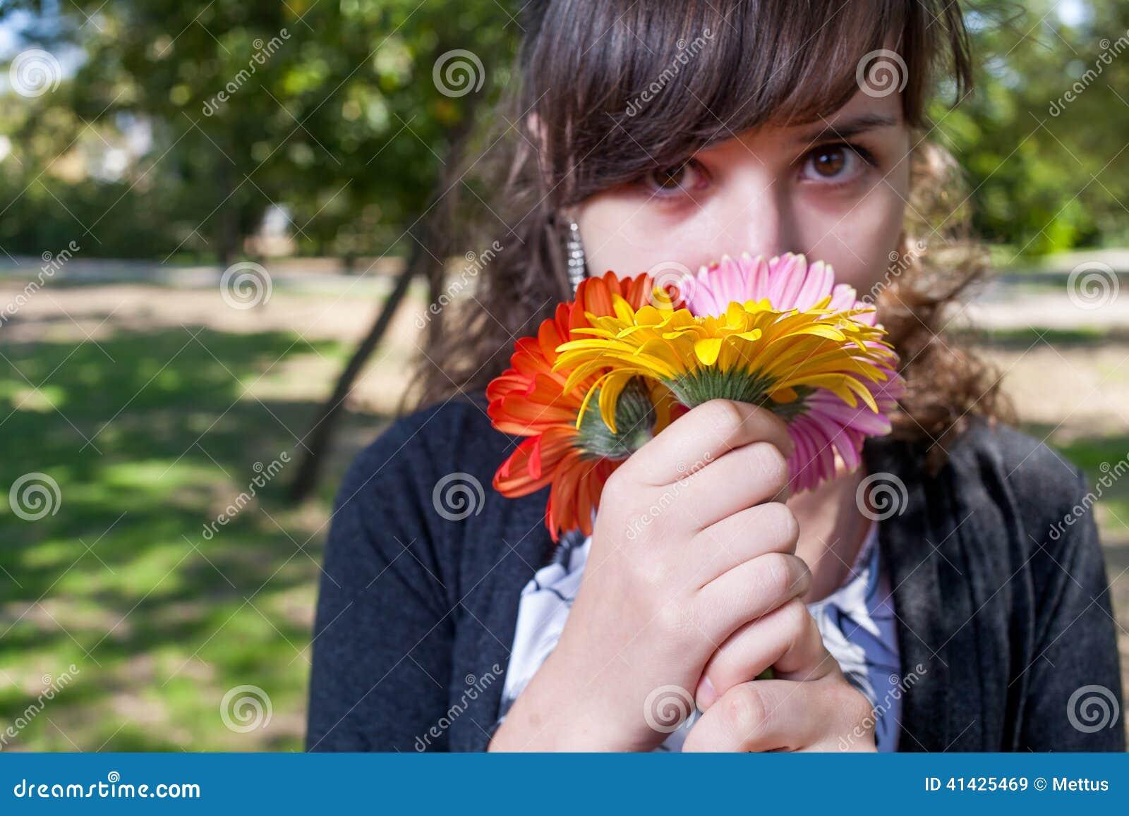 Милые женщины пахнуть пуком цветков