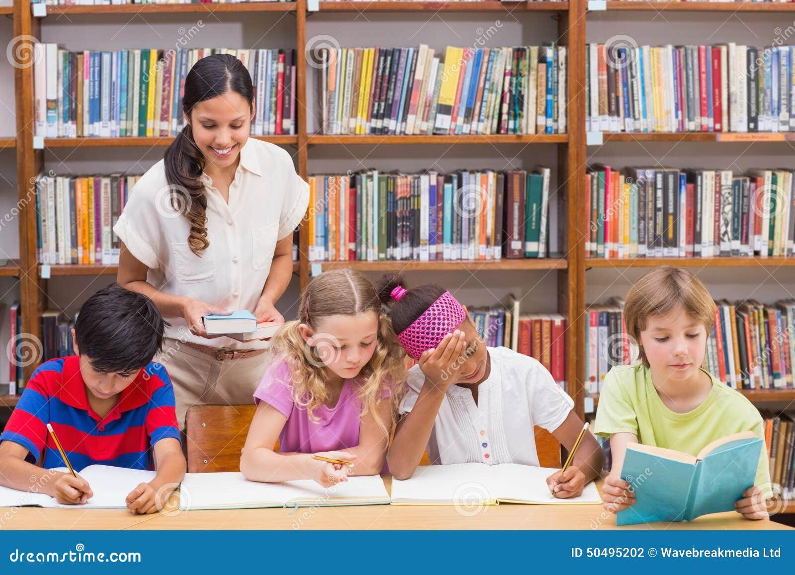 Милые зрачки порции учителя в библиотеке