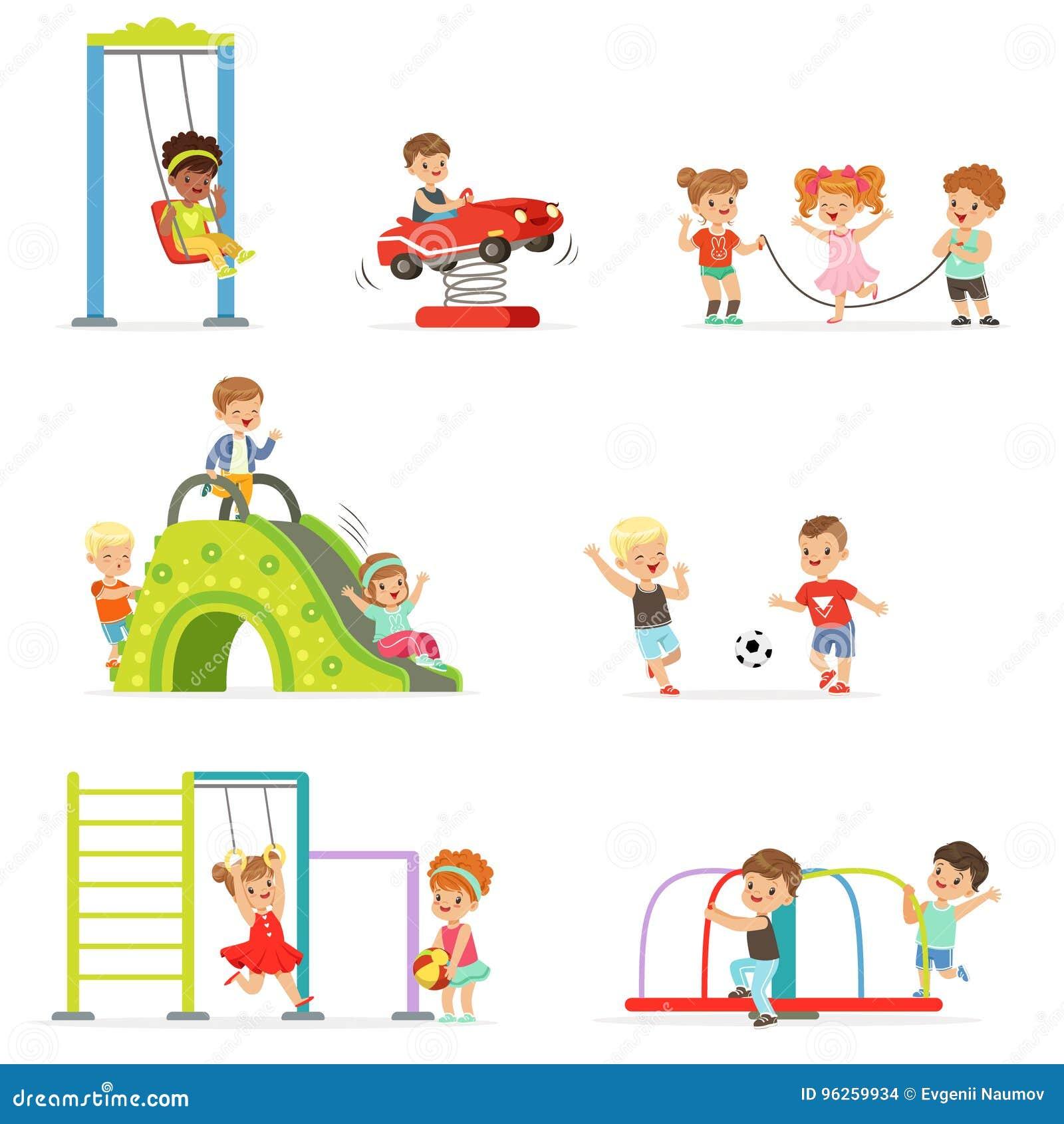 Милые маленькие ребеята шаржа играя и имея потеху на спортивной площадке установленной иллюстраций вектора