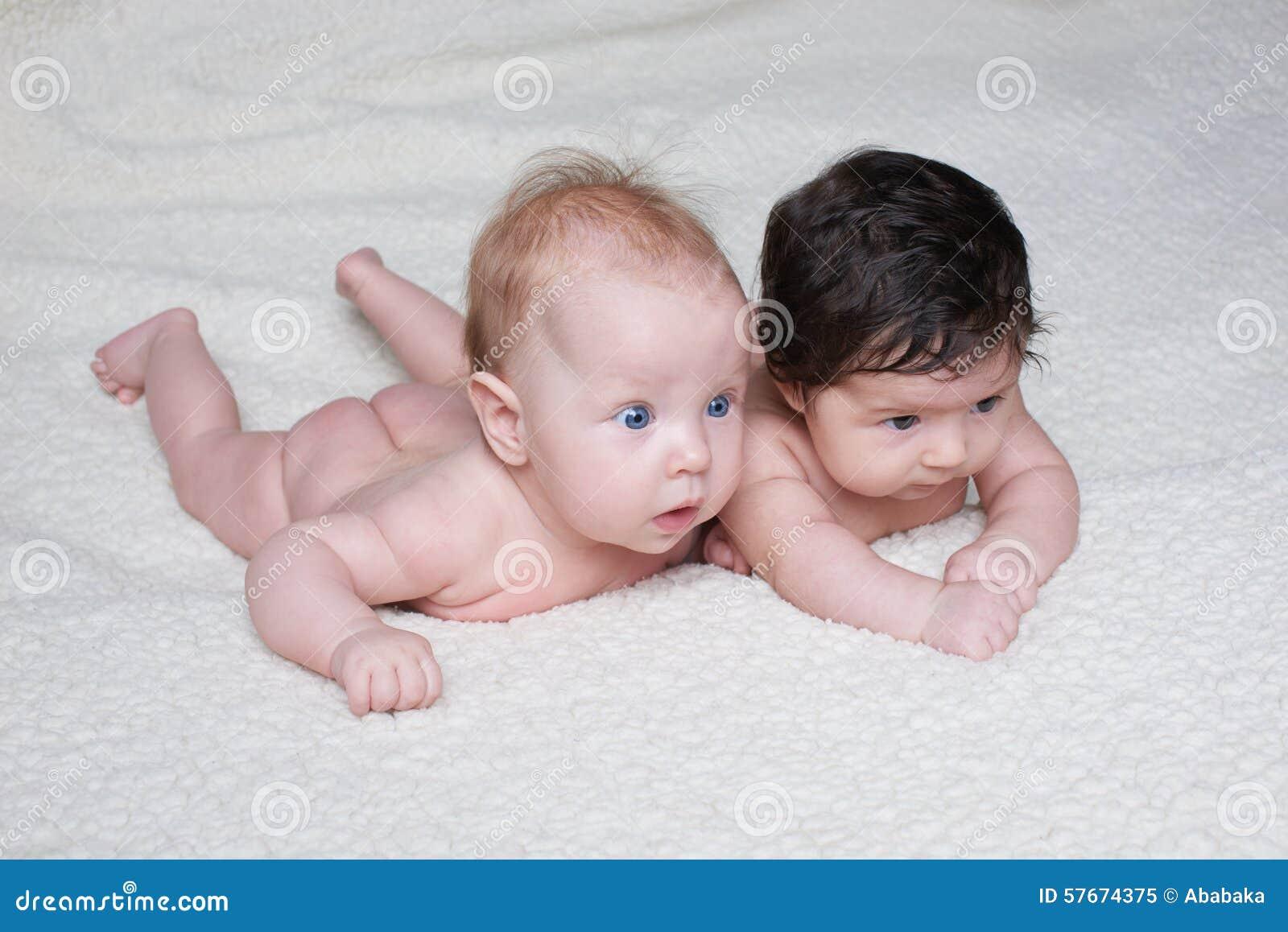 Милые младенцы на светлой предпосылке