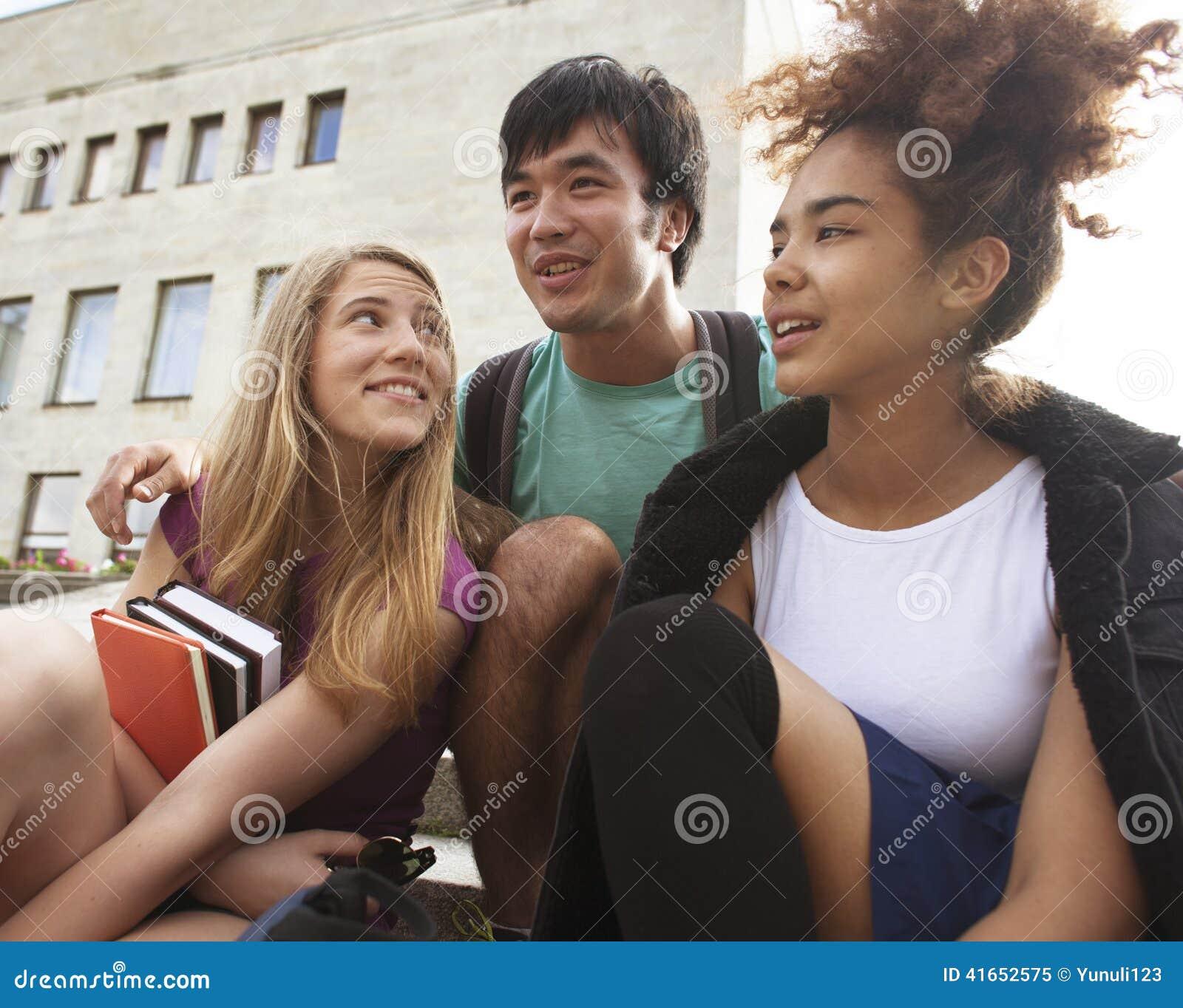 Милые teenages группы на здании университета
