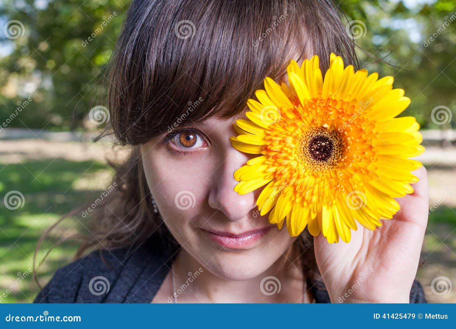 Милый глаз крышки одного женщин желтым gerbera