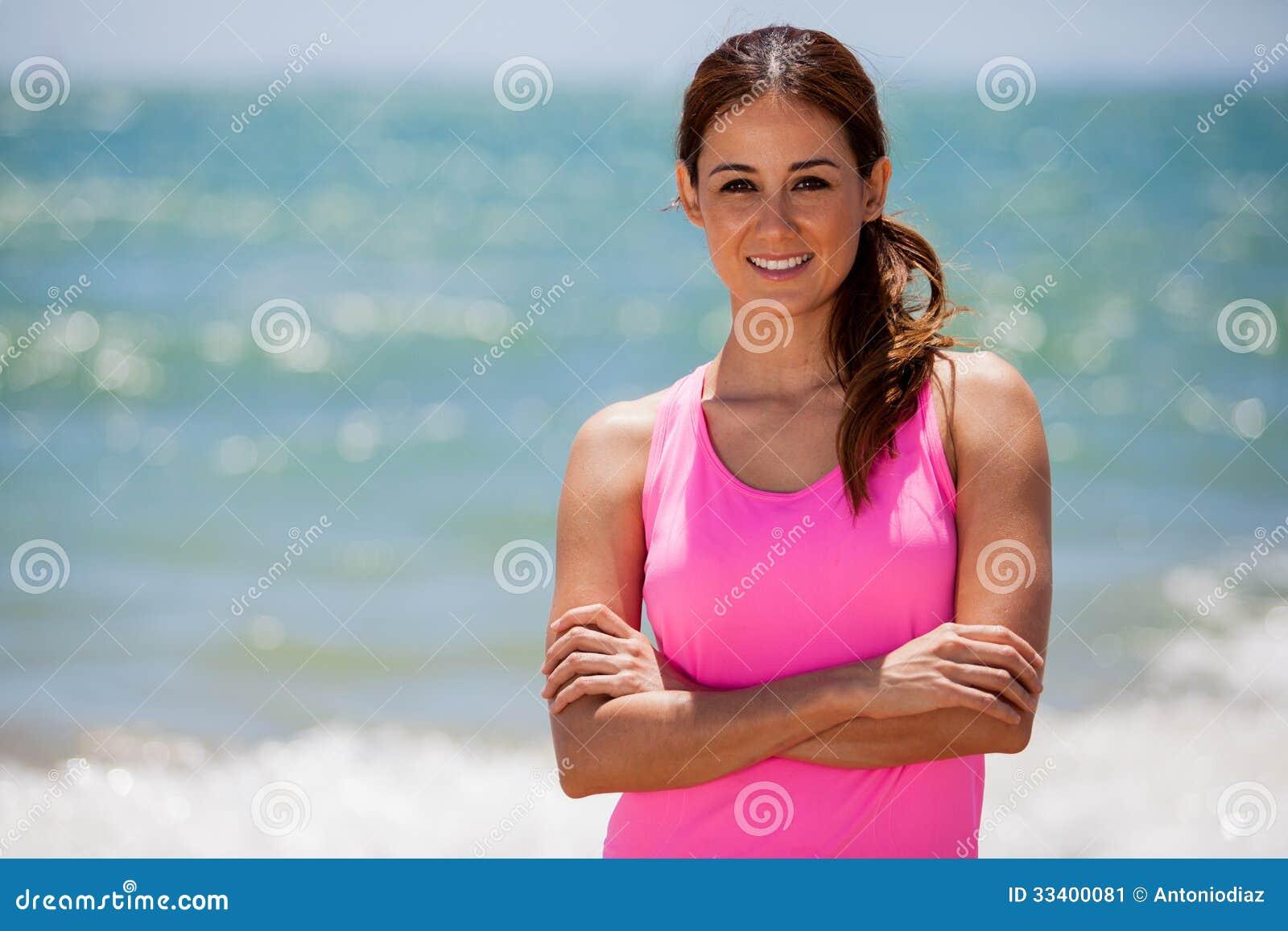 Милый женский бегун на пляже