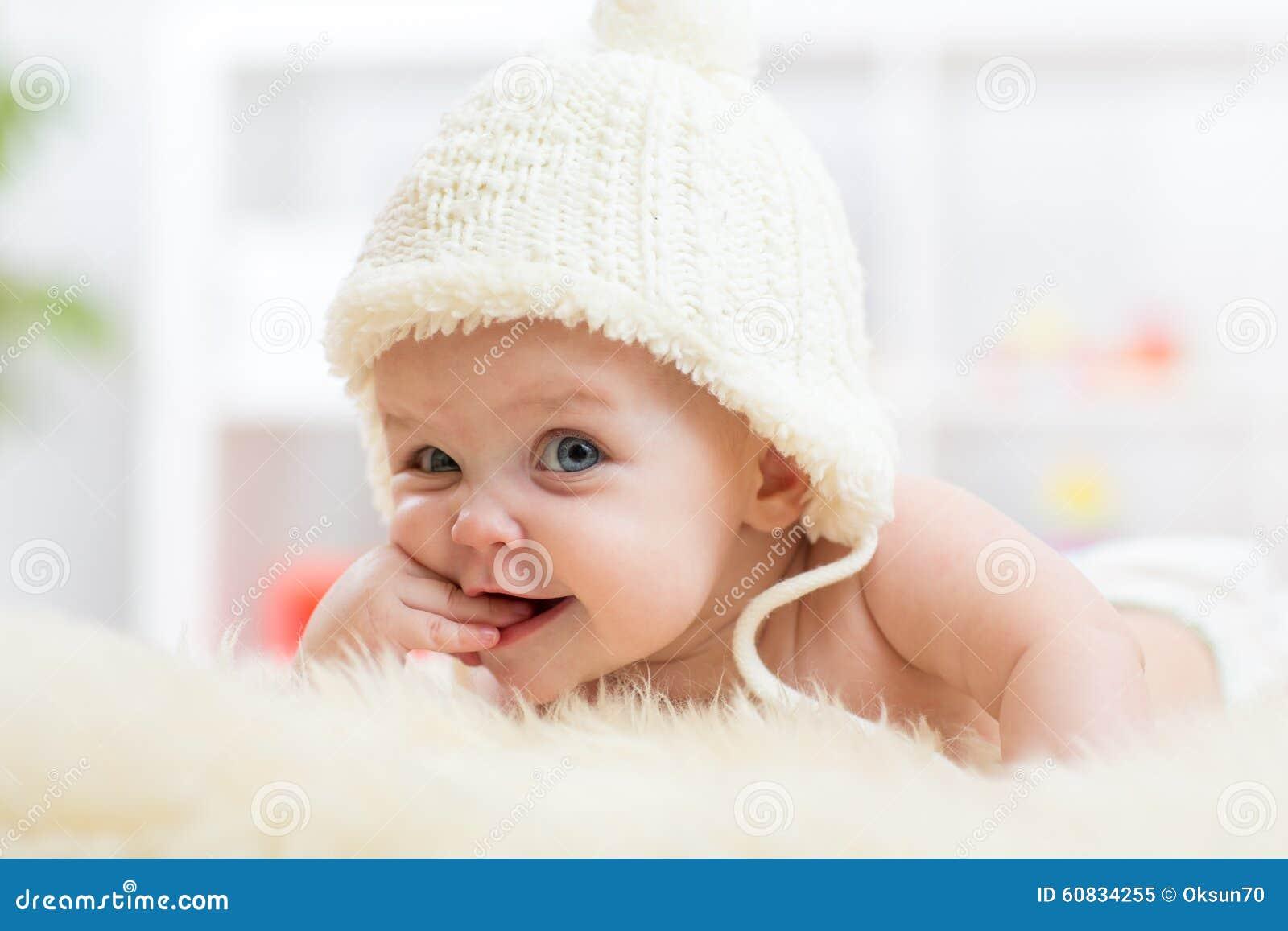 Милый маленький младенец смотря в камеру и