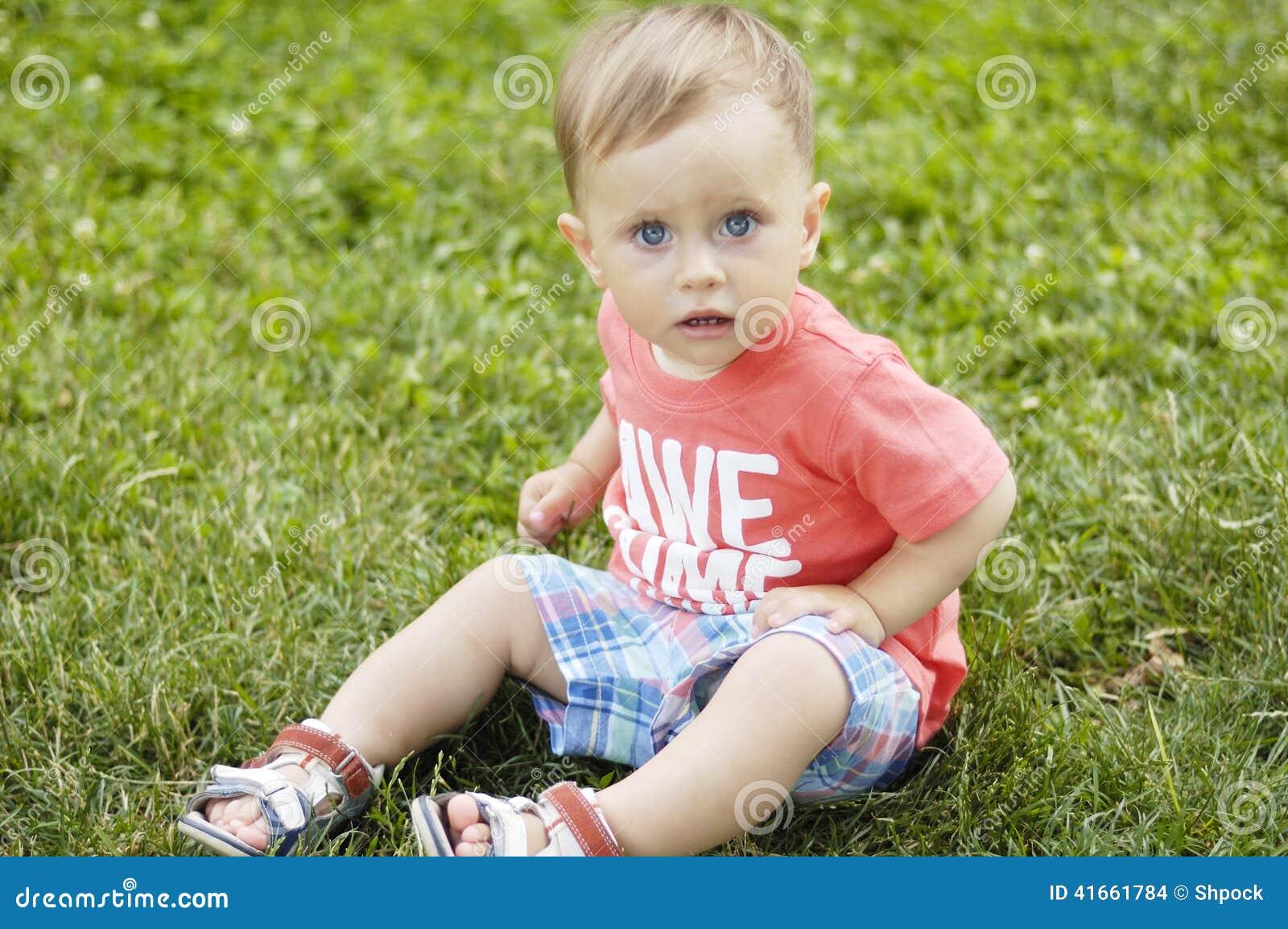 Милый малый мальчик на каникулах