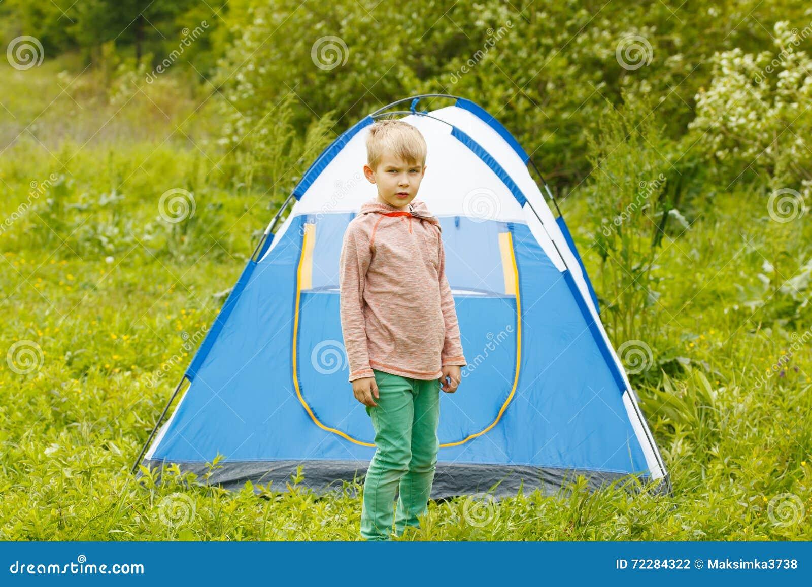 Download Милый малый мальчик около шатра на предпосылке природы Стоковое Фото - изображение насчитывающей candid, элементарно: 72284322