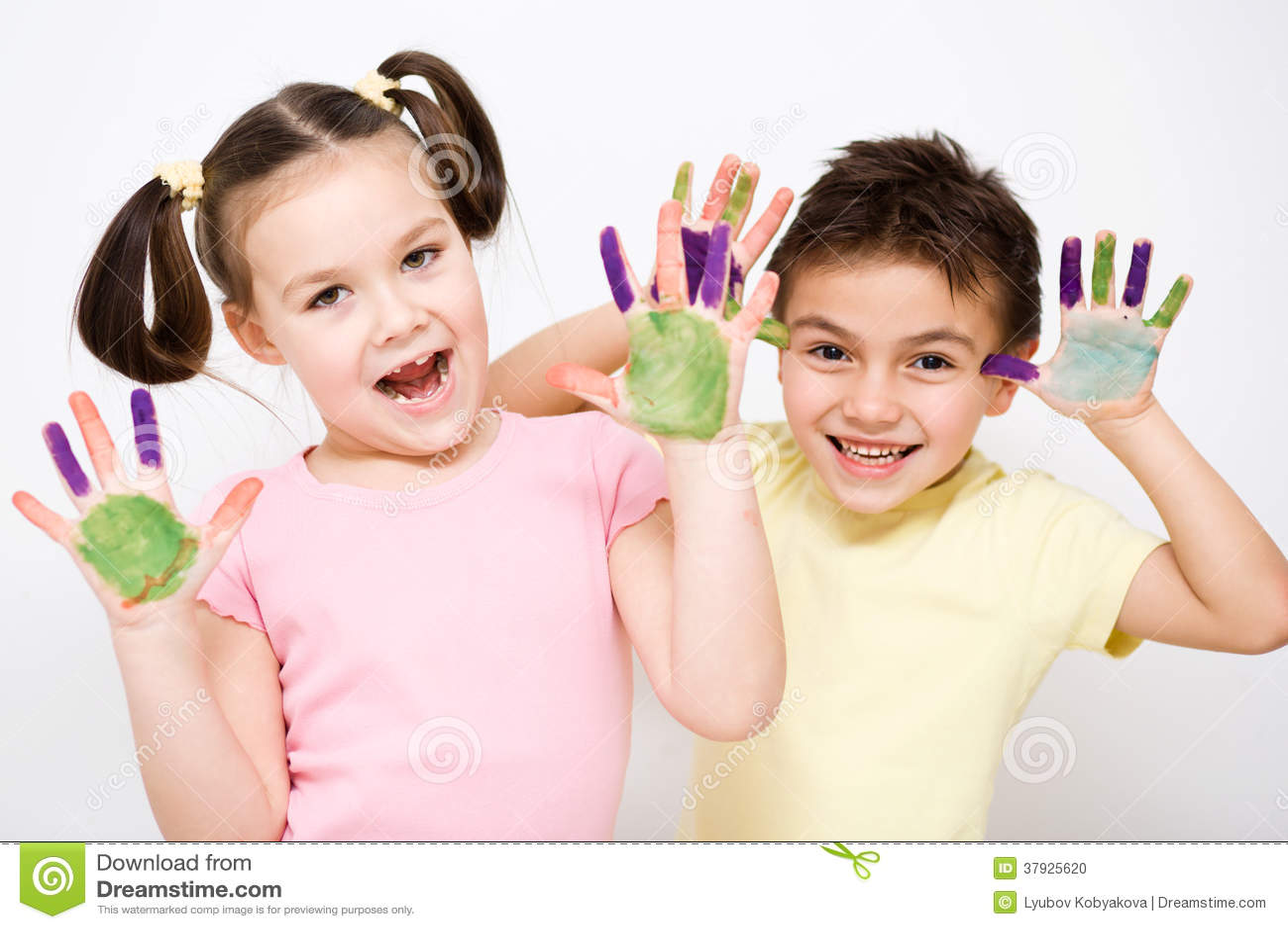 Милый мальчик и девушка играя с красками