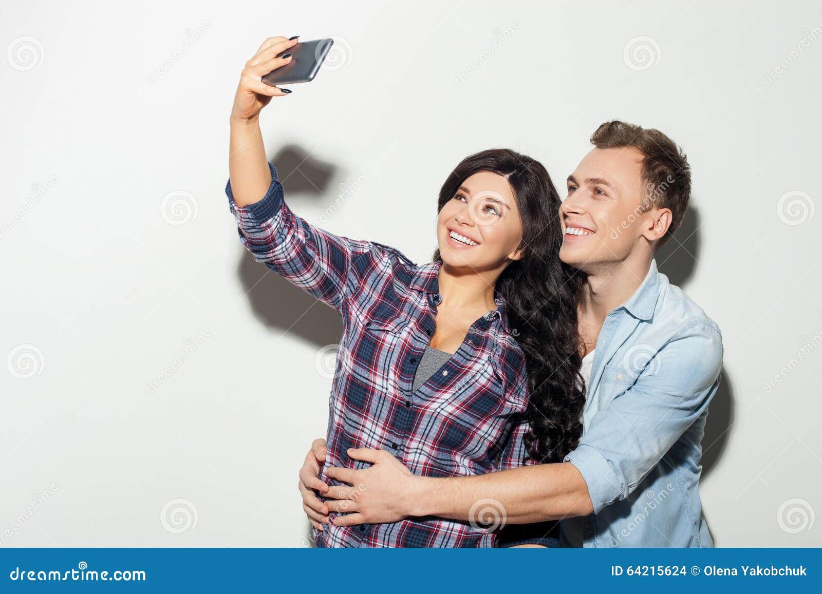 парни фотографируют подруг