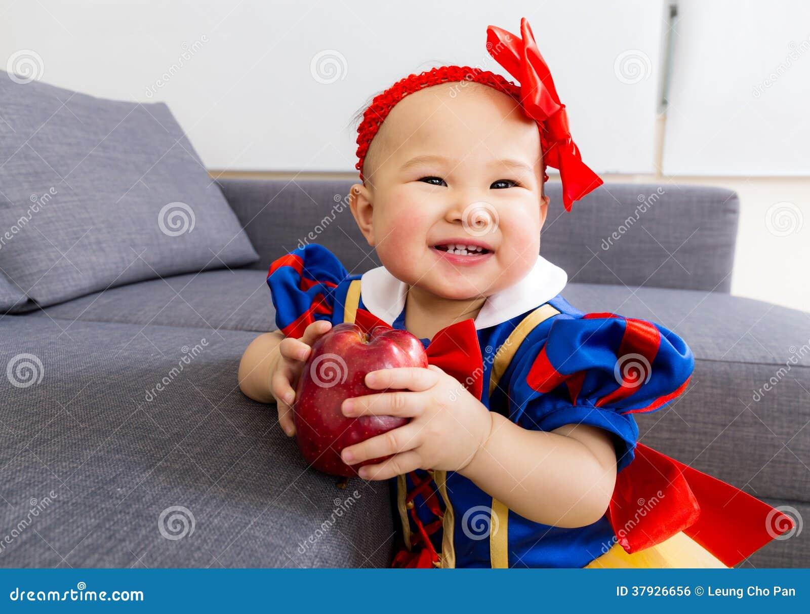 Милый ребёнок с яблоком