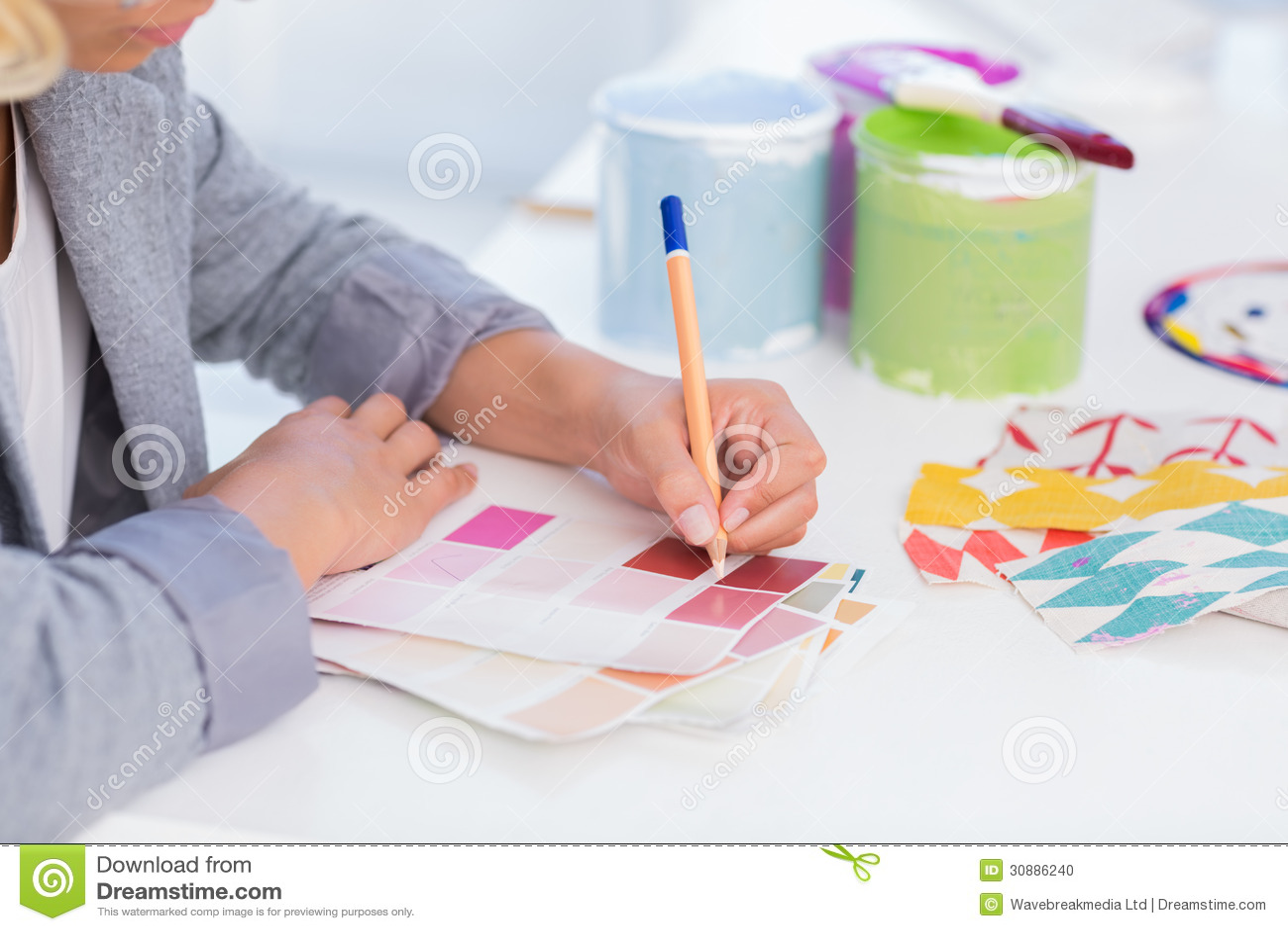 Милый чертеж дизайнера по интерьеру на образцах цвета