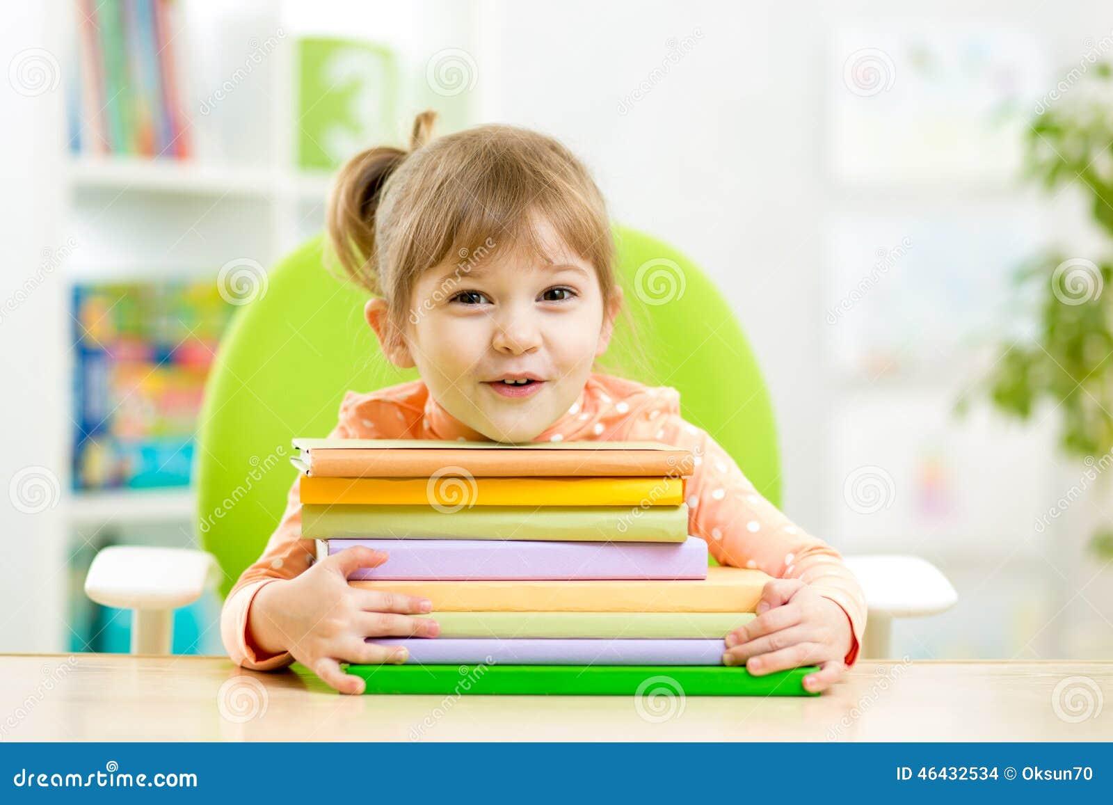 Милый preschooler девушки ребенк с книгами