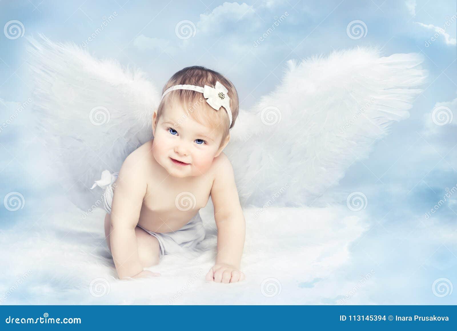 Младенец Анджела при крыла вползая на небе, купидоне девушки ребенк, Newborn