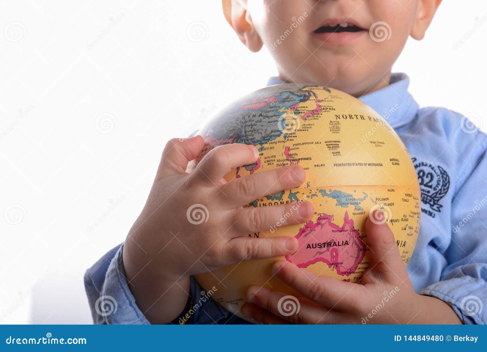 Младенец держа глобус