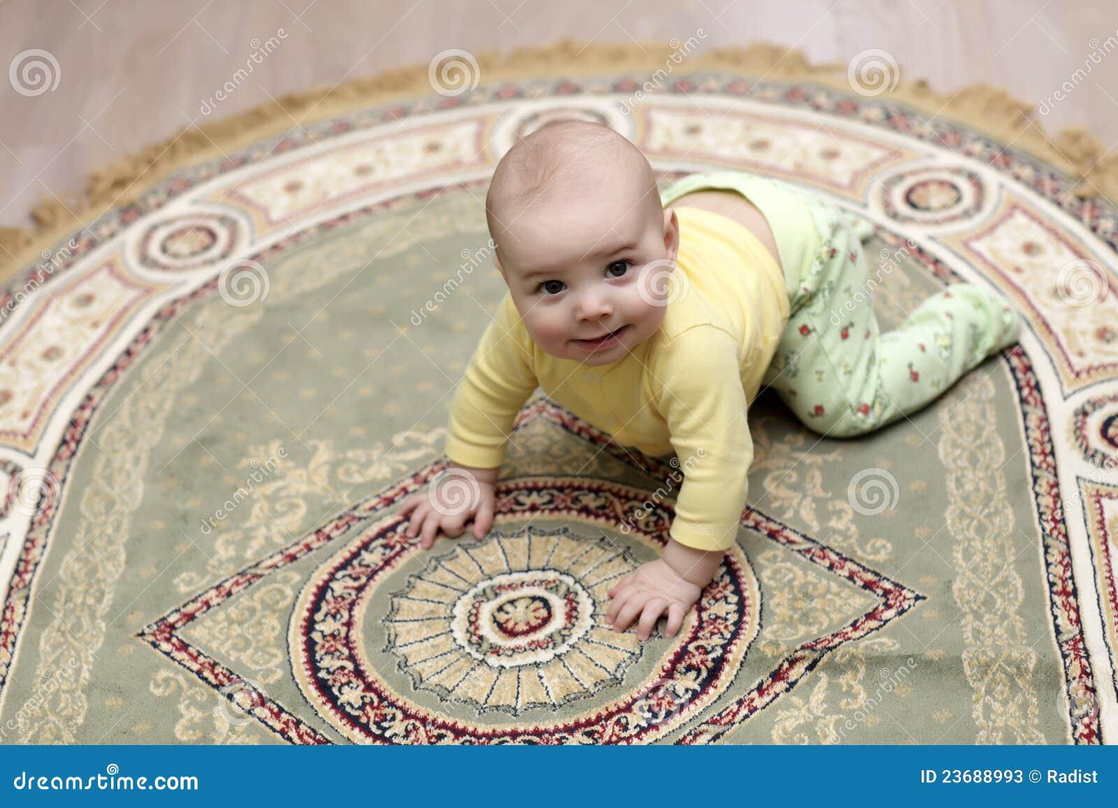 Младенец на ковре