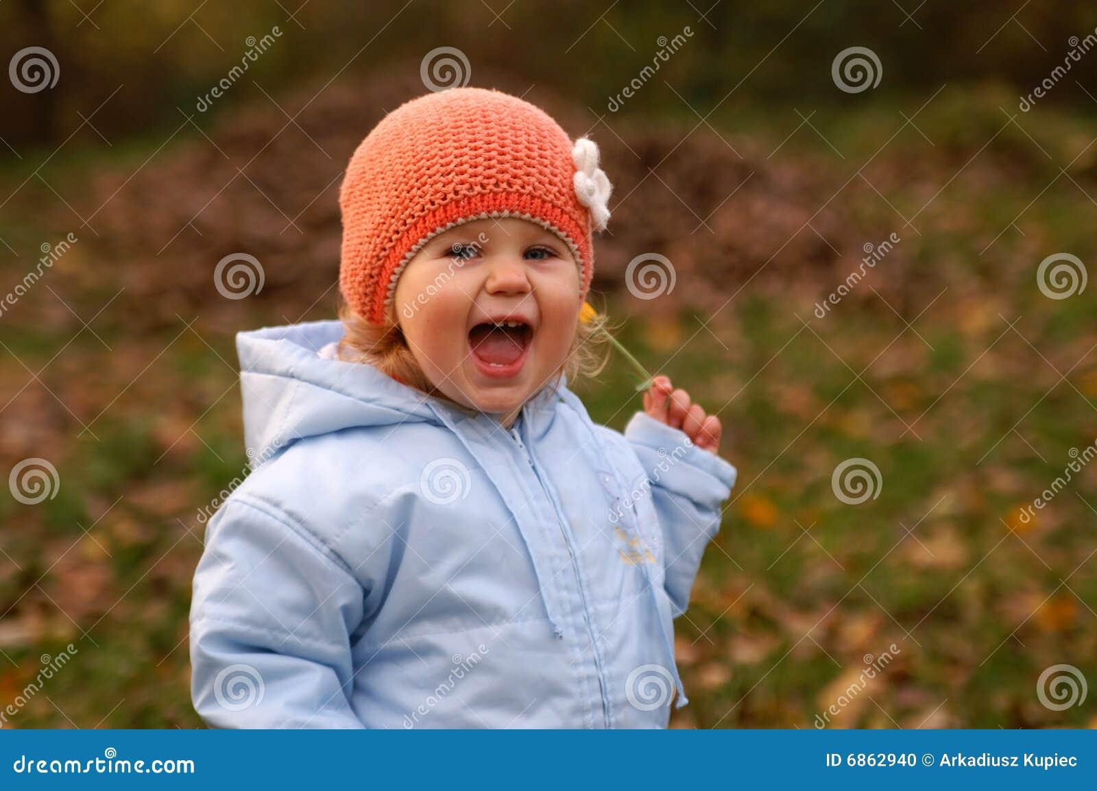 младенец счастливый