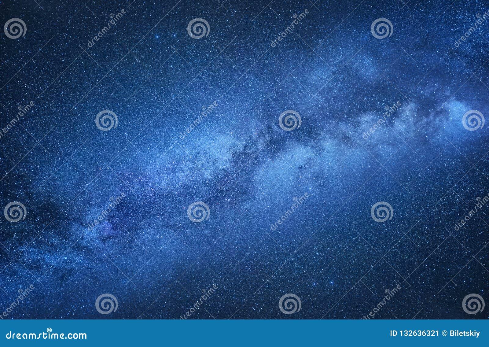 Млечный путь Ночное небо с играет главные роли как предпосылка Естественное compositon на nighttime