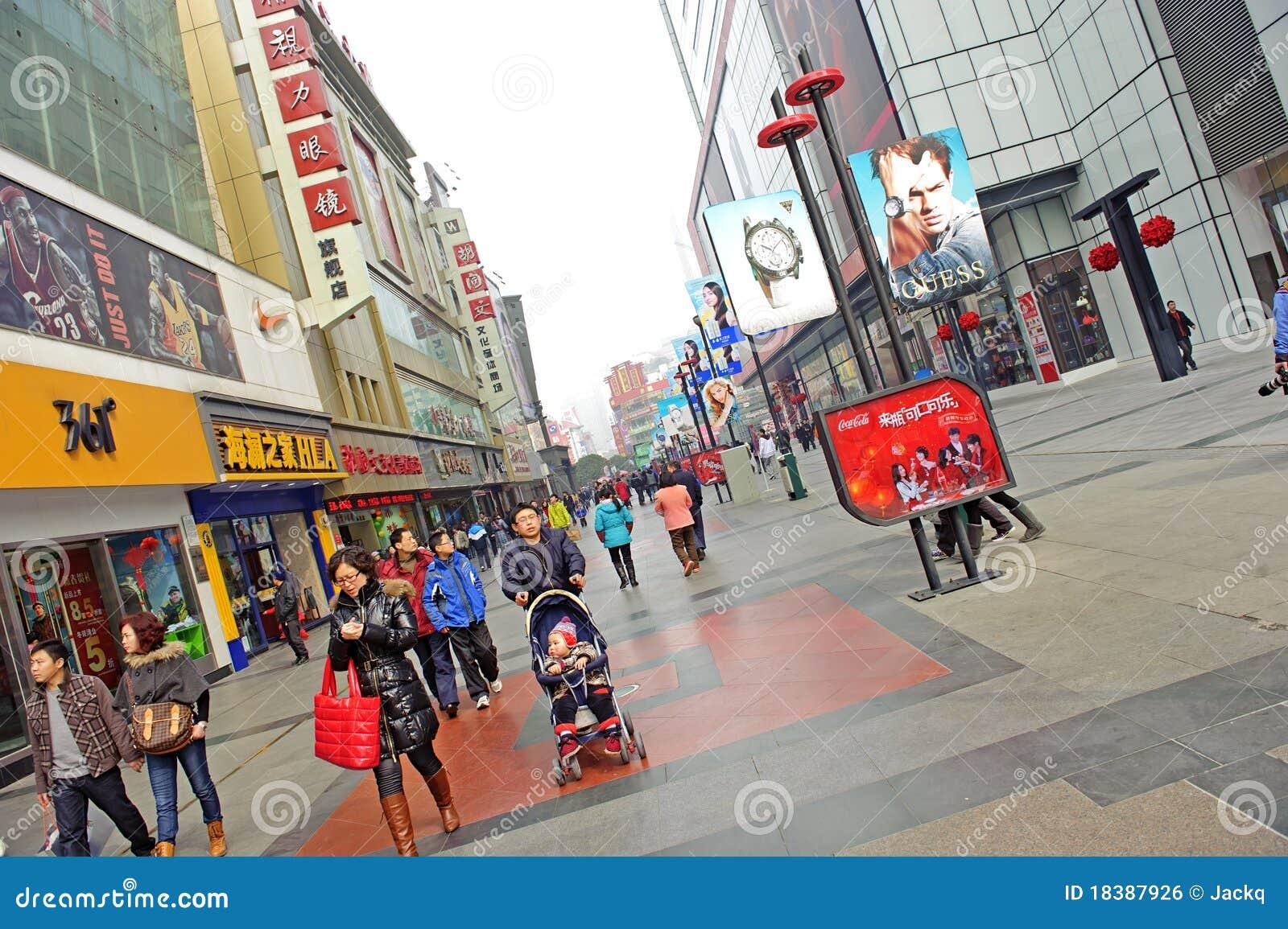 многодельная улица людей пропуска