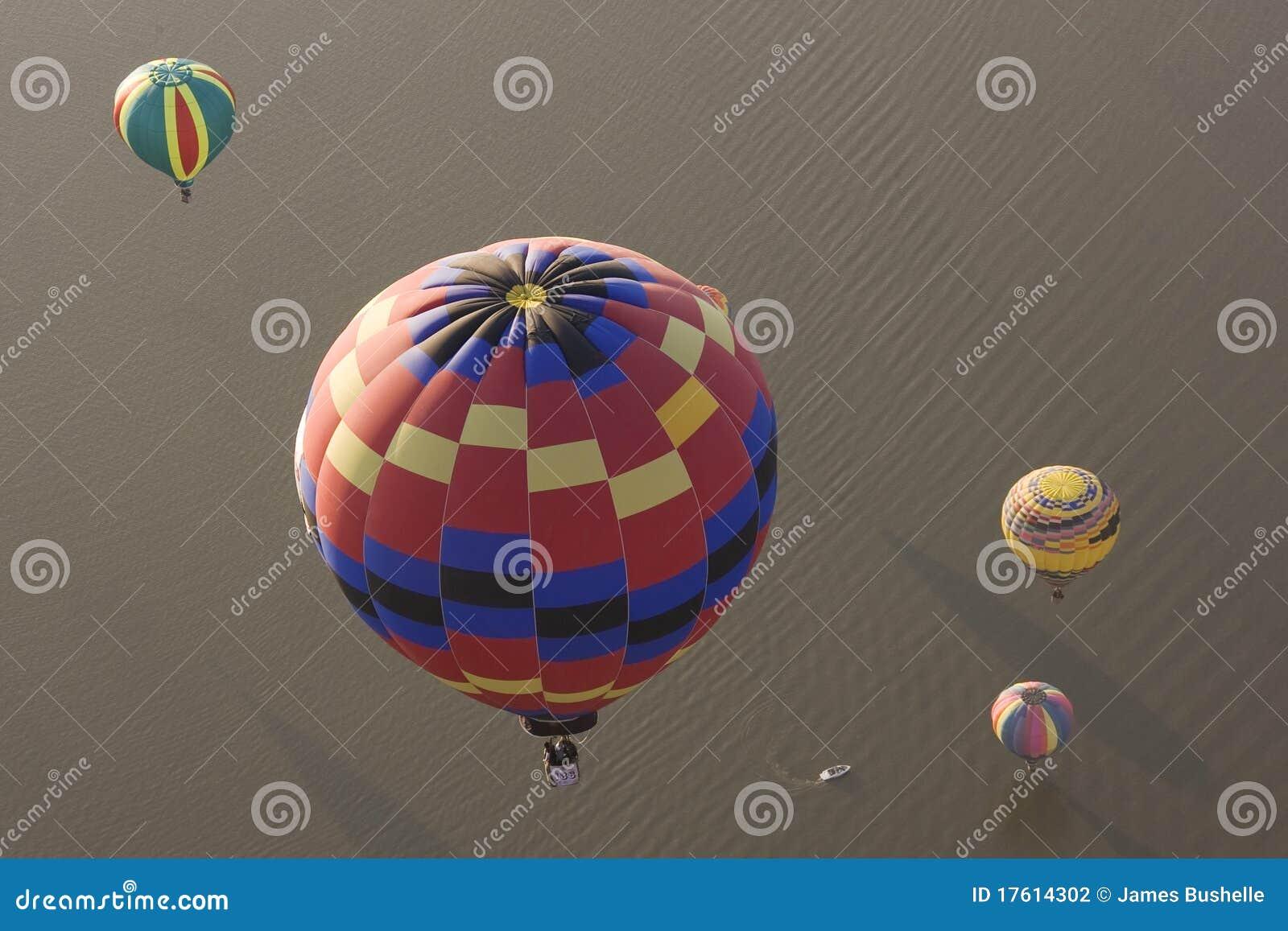 многократная цепь воздушных шаров горячая над водой