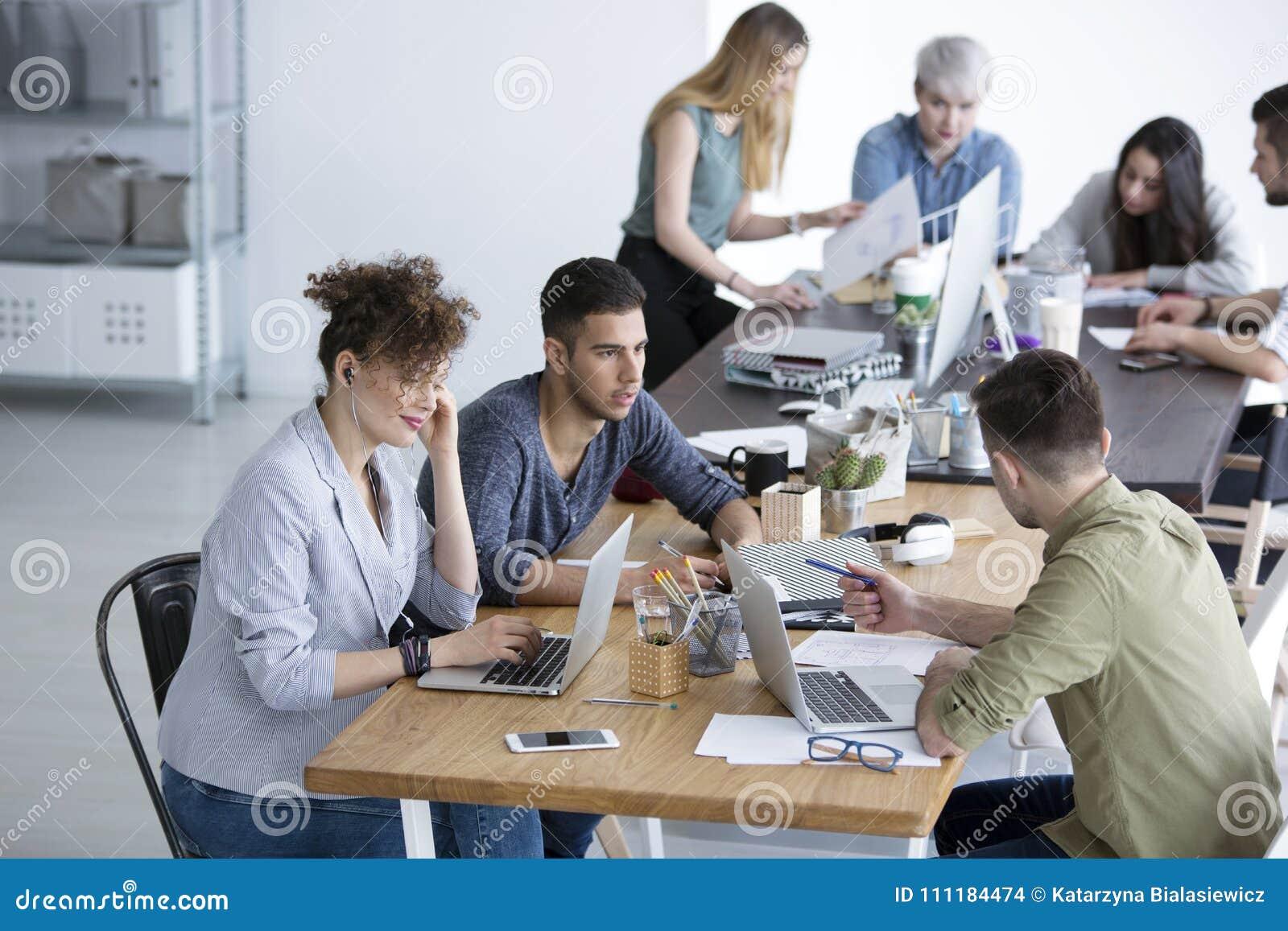 Многокультурная команда работая совместно