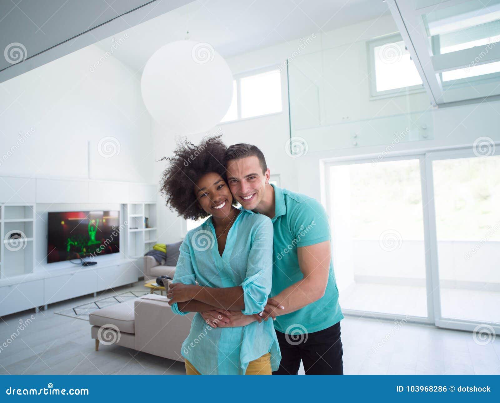 Многонациональный обнимать пар