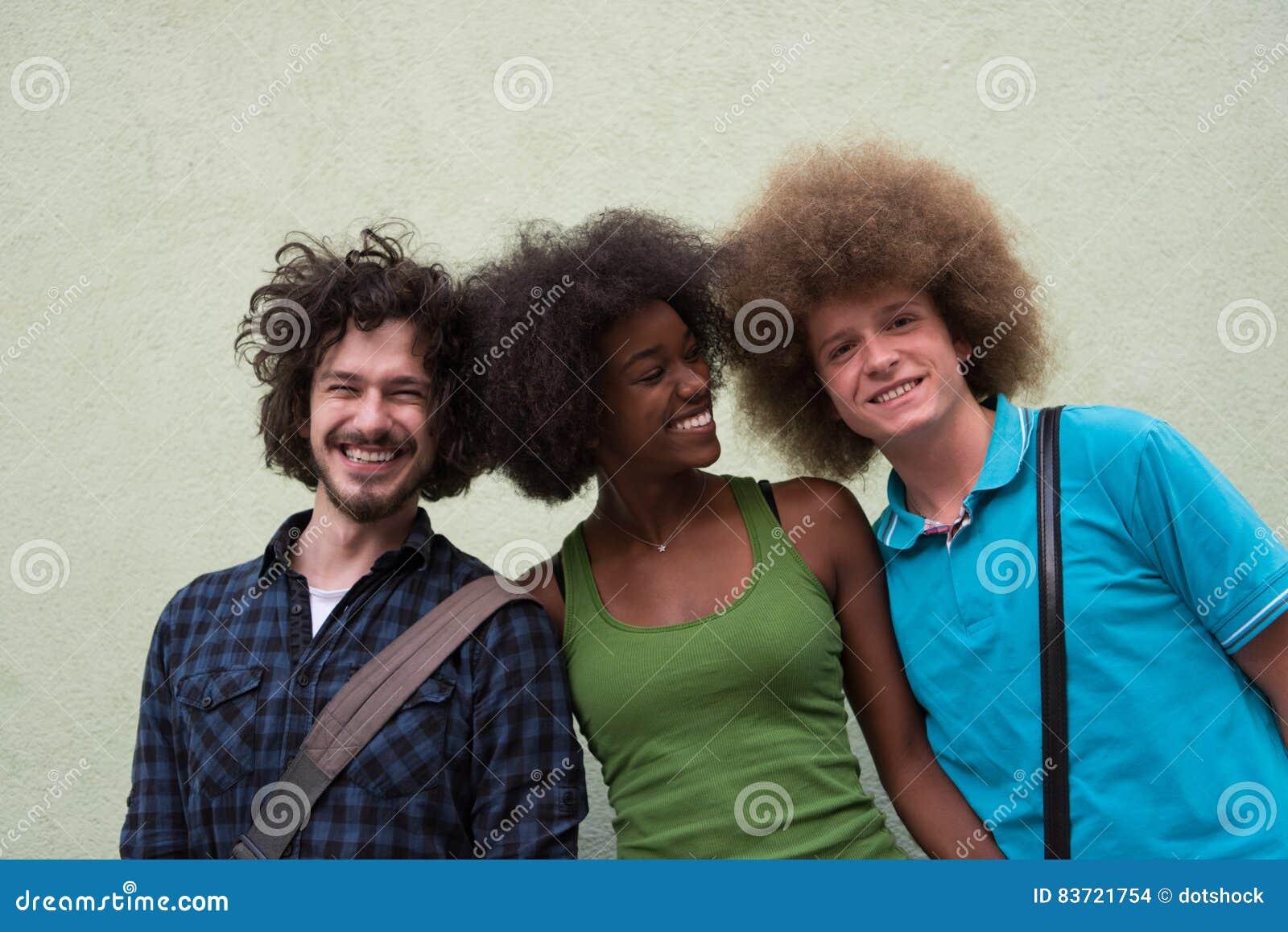 Многонациональная группа в составе счастливые 3 друз