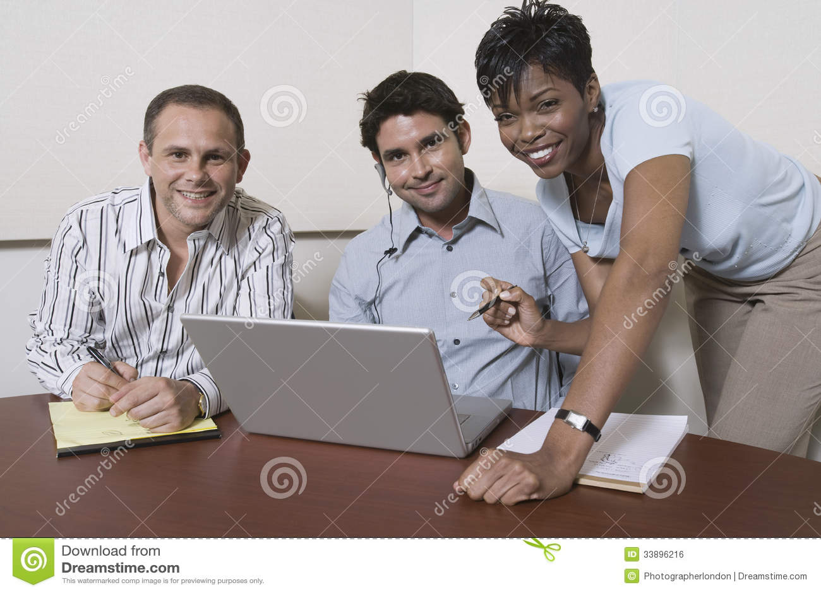 Многонациональные предприниматели с компьтер-книжкой