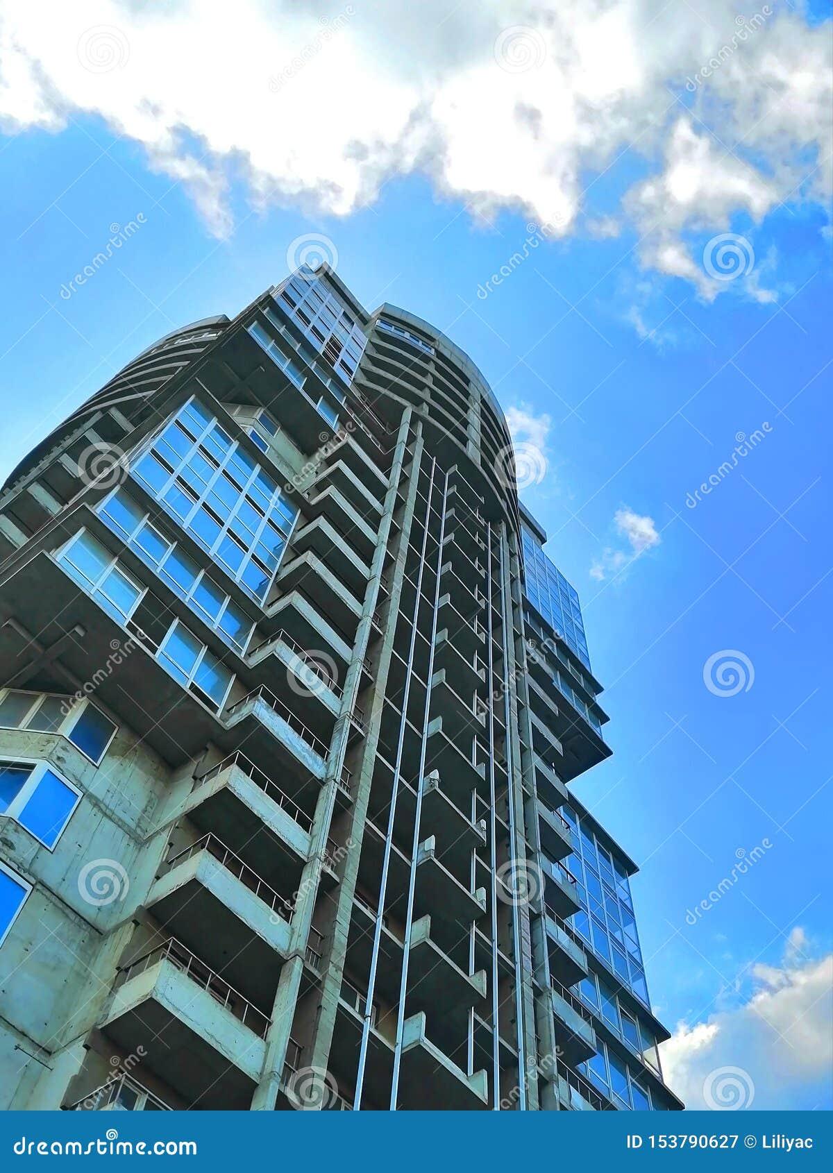 Многоэтажное незаконченное здание против неба