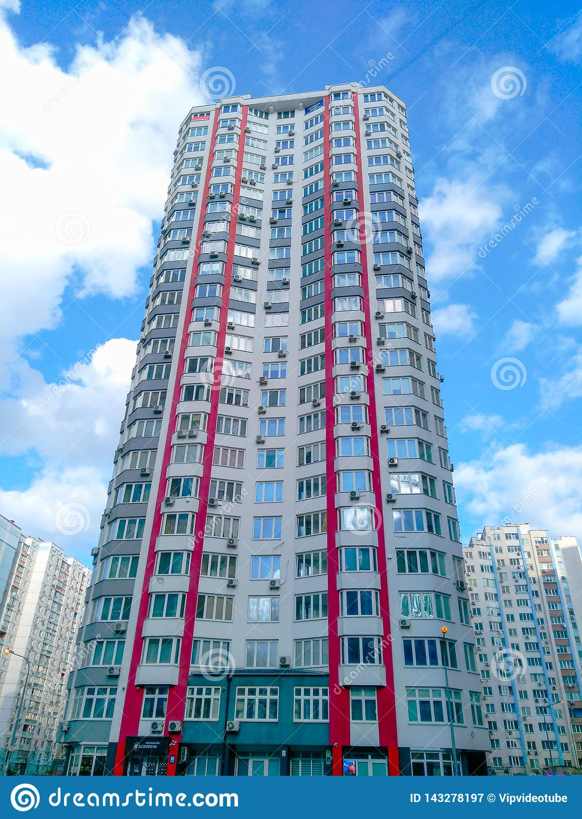Многоэтажные здания и технология слова на облаках