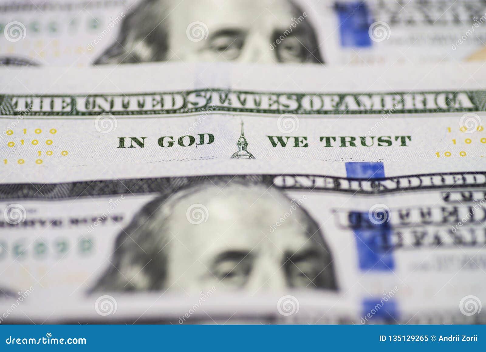 Много 100 банкнот счетов доллара США В боге мы доверяем Билл 100 долларов США фразы крупного плана в боге мы доверие