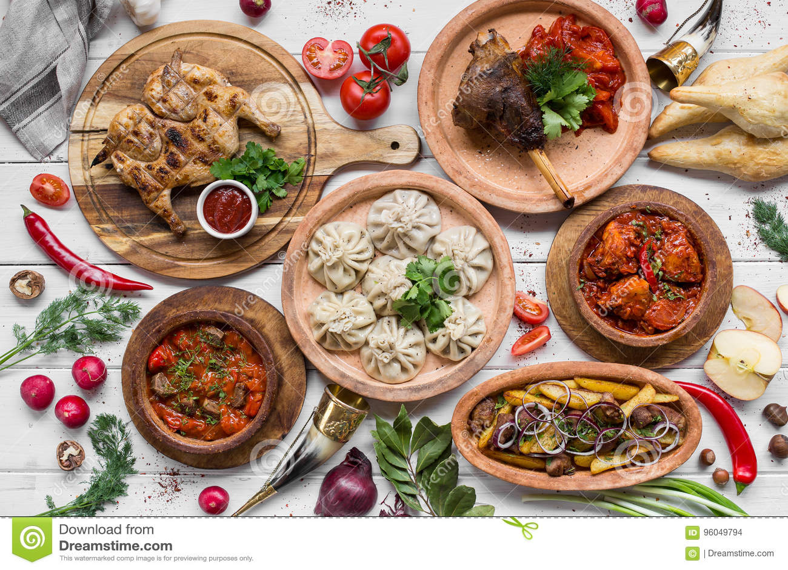 Много еда на деревянном столе Грузинская кухня Взгляд сверху Плоское положение Khinkali и грузинские блюда