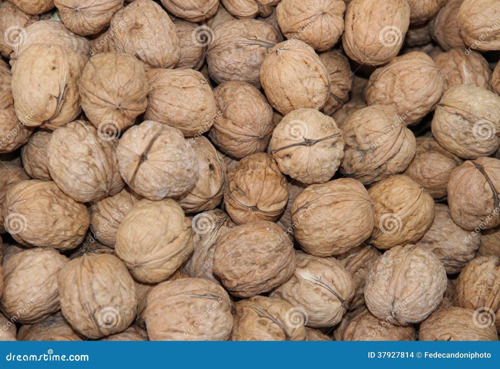 Много зрелых грецких орехов Брайна в зиме продали на рынке