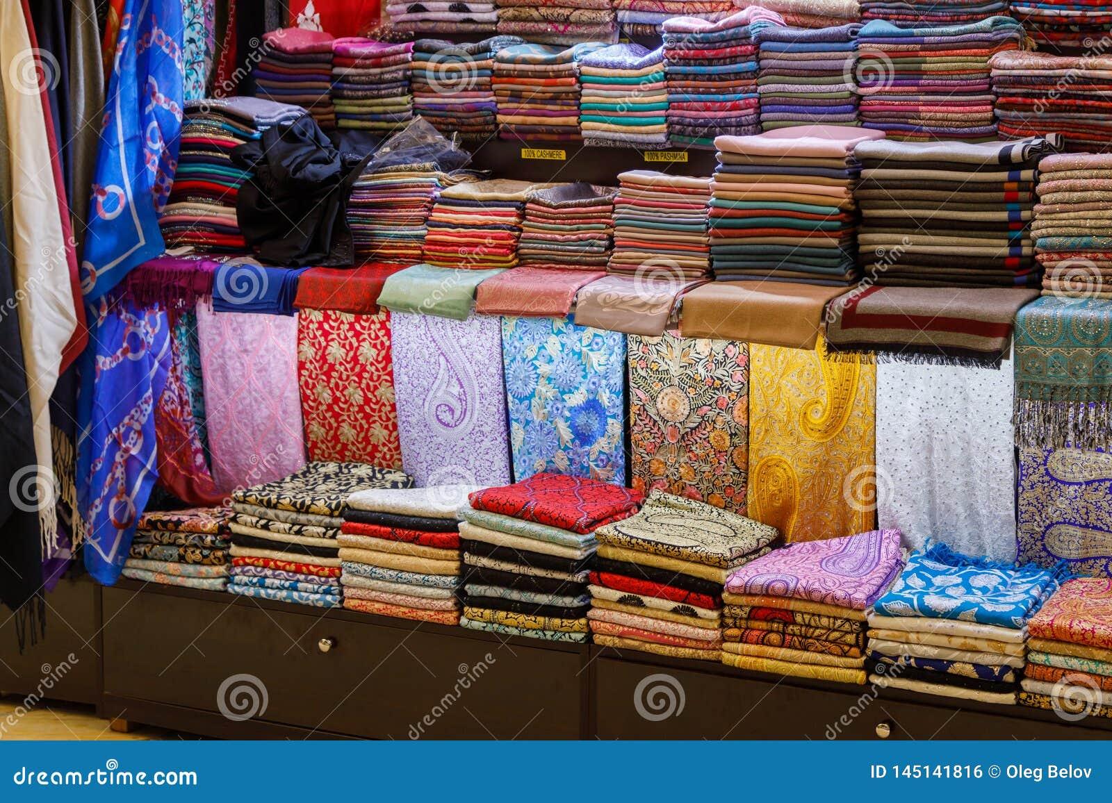 Много красивая handmade шаль pashmina на счетчике магазина