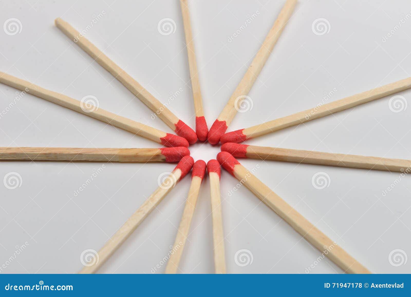 Много красных головных спичек помещенных в круге, голова к headon белому b