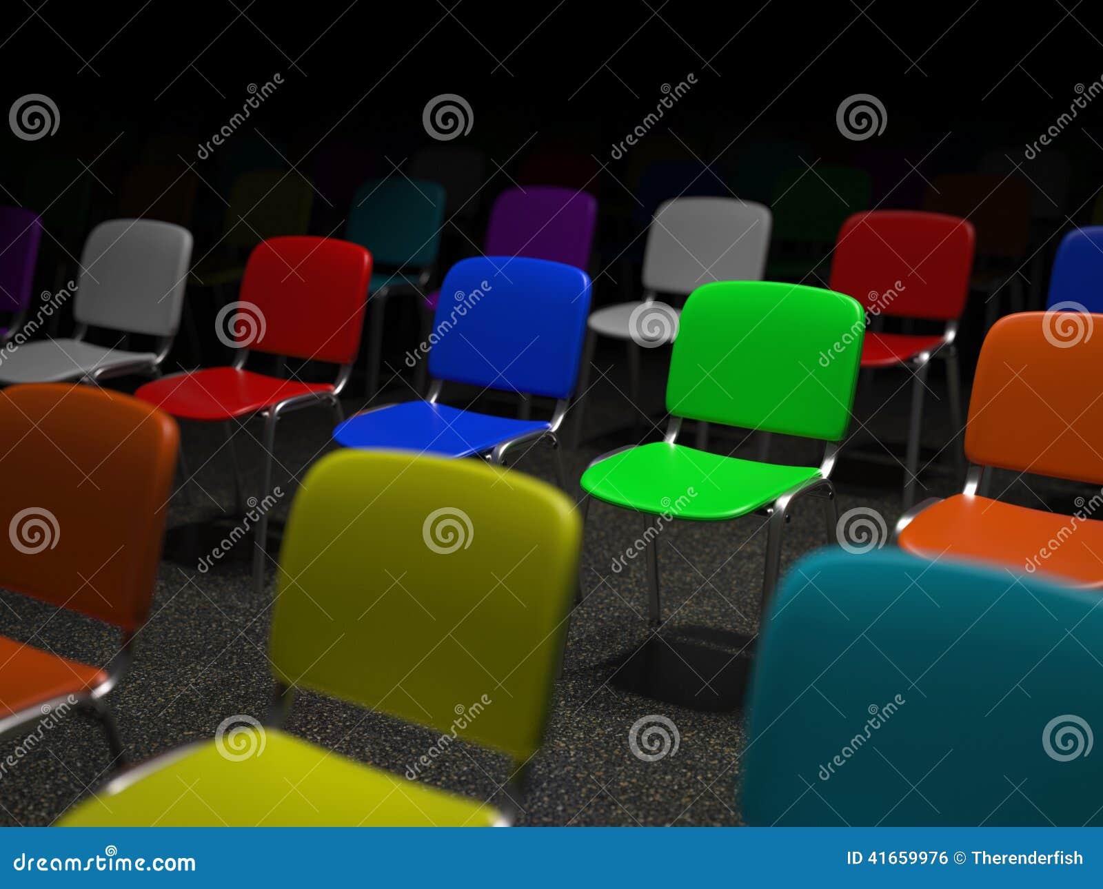 Много красочных стульев стоя в решетке