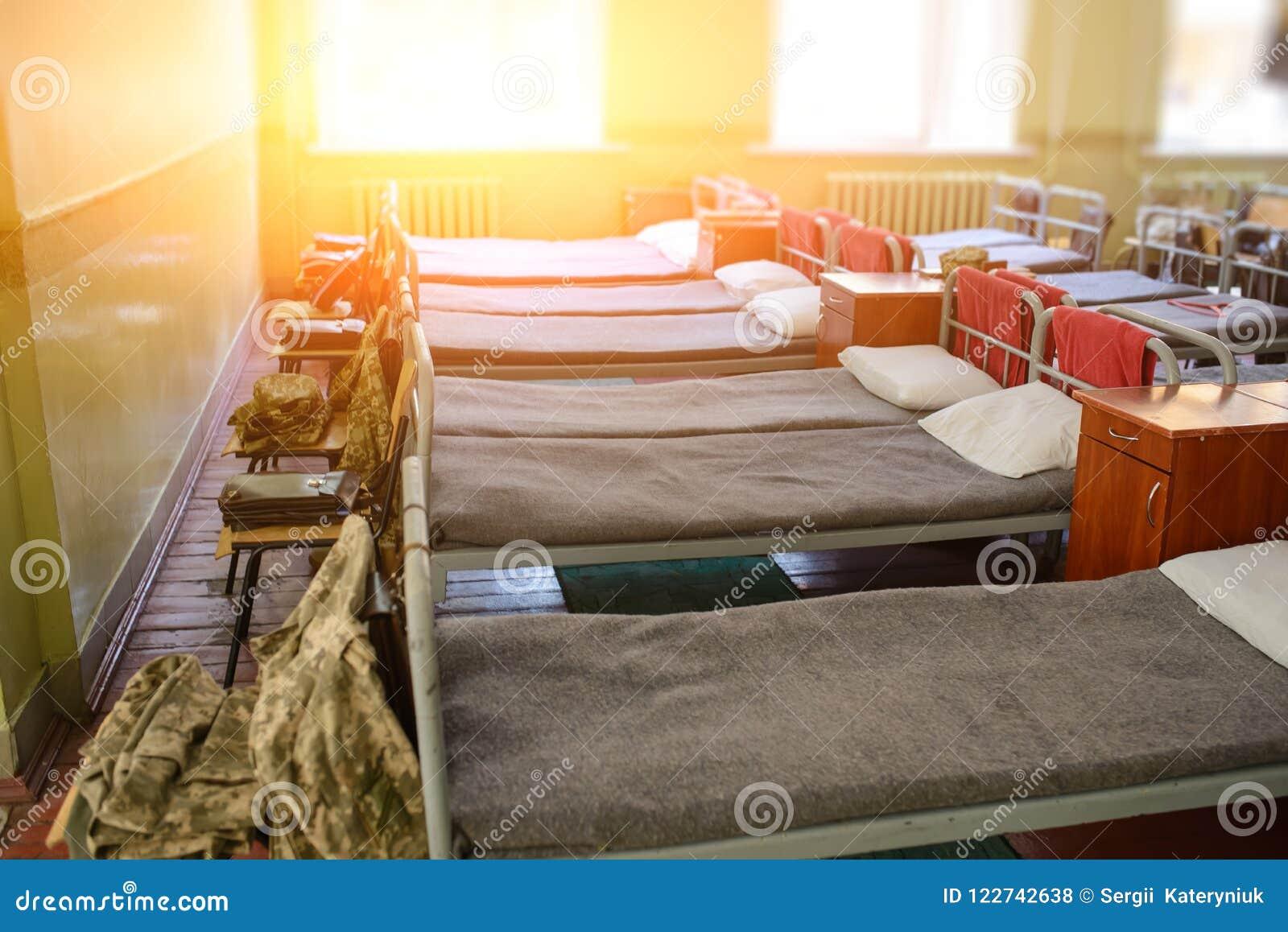 много кроватей в воинских казармах Украины