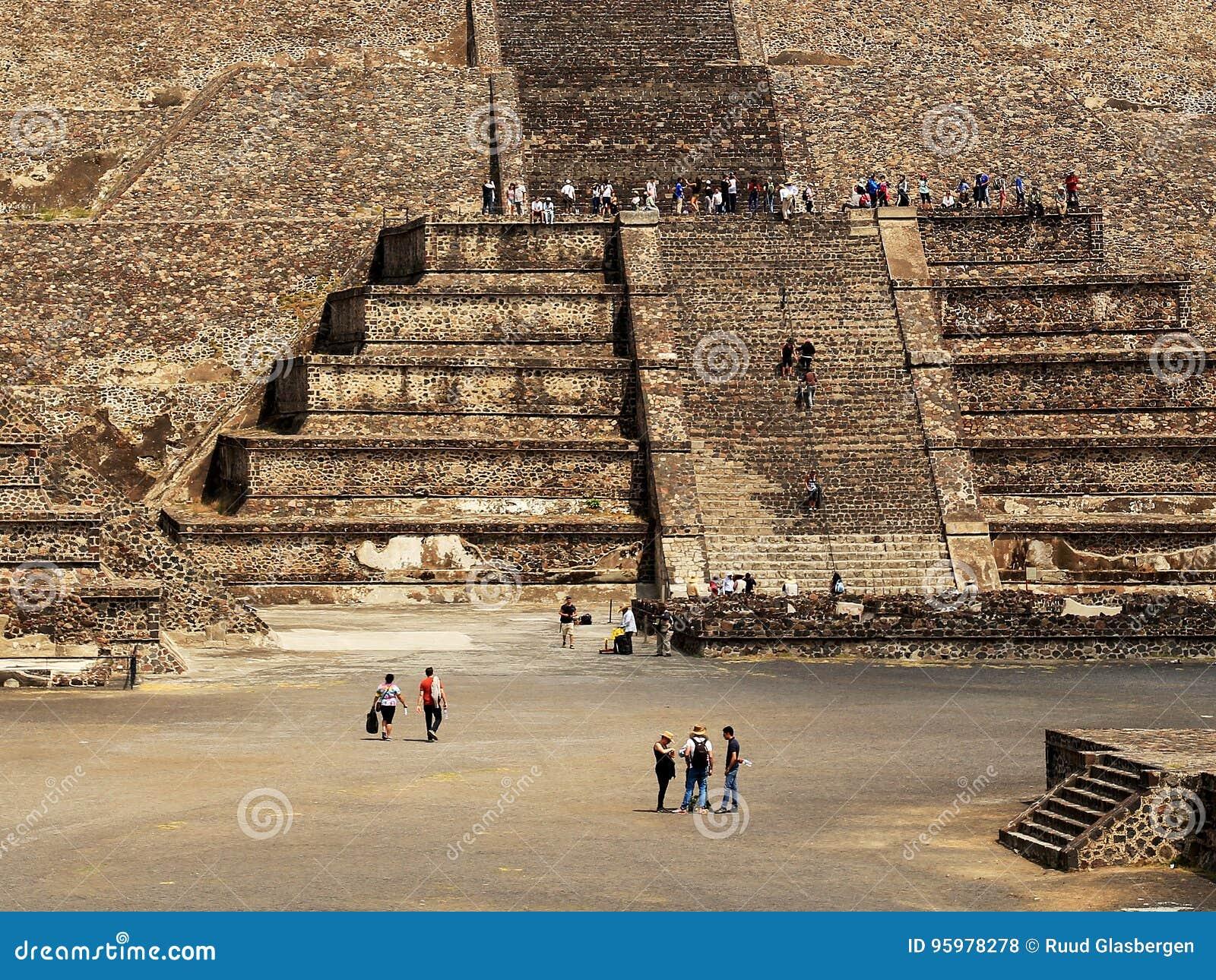 Много турист на пирамидах Teotihuacan, Мексики