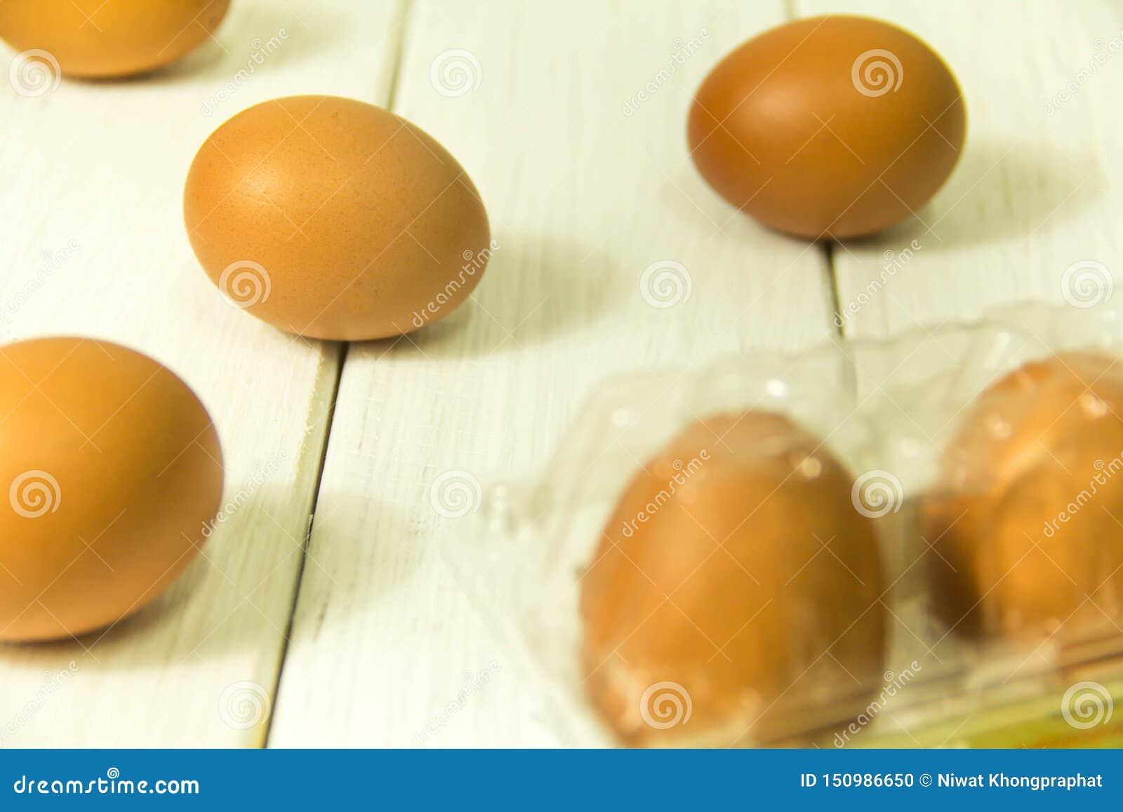 Много яя на деревянном поле