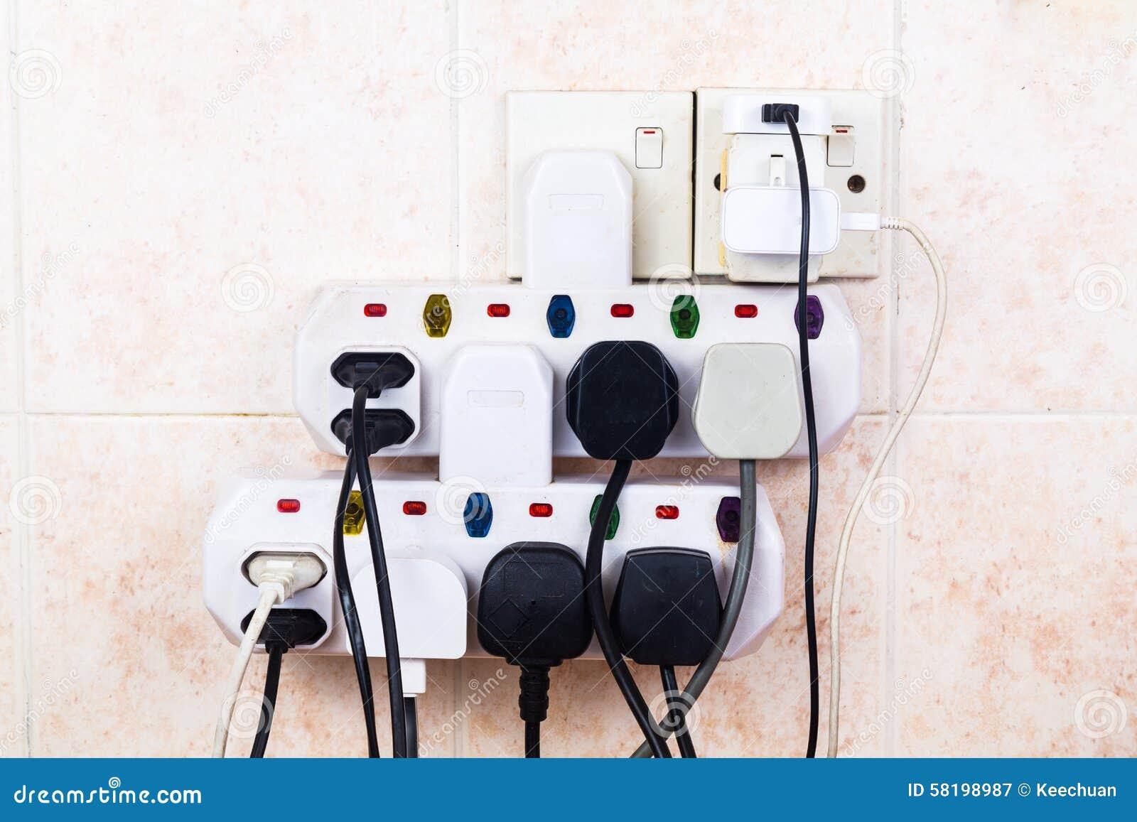 Множественное электричество затыкает на перегружать и dange риска переходника