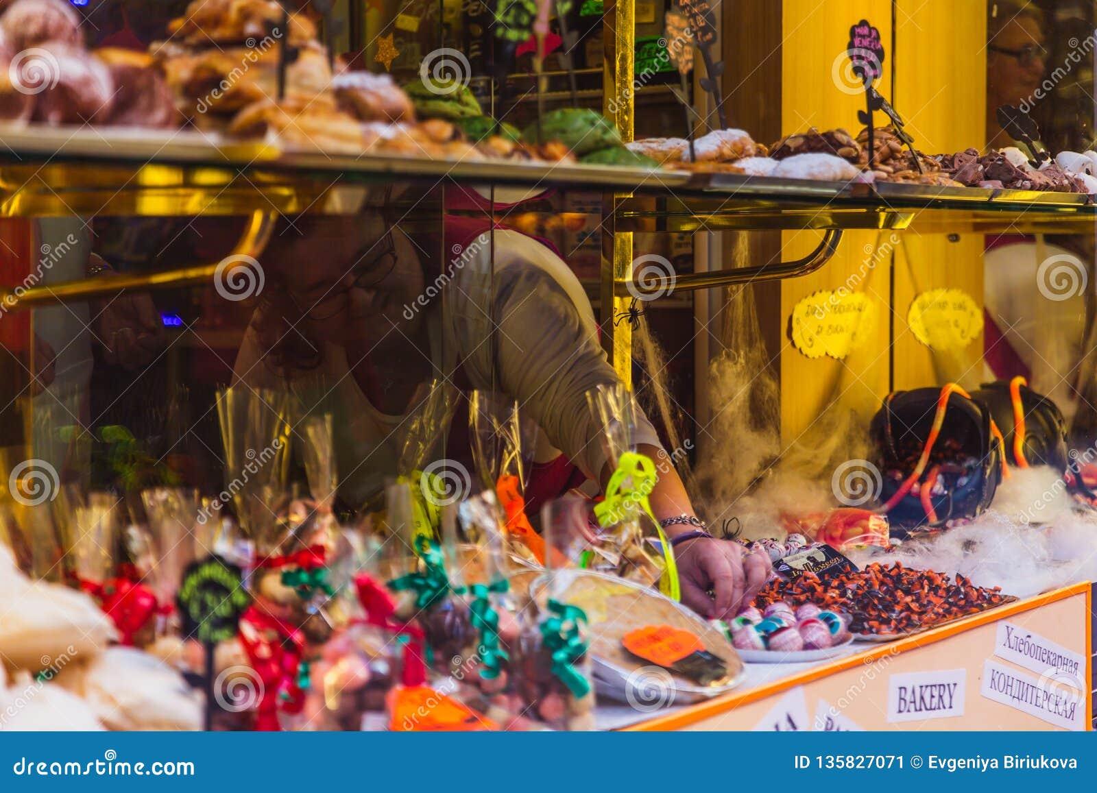 Множественные помадки на магазине shelves с ценниками Популярная еда улицы в Италии