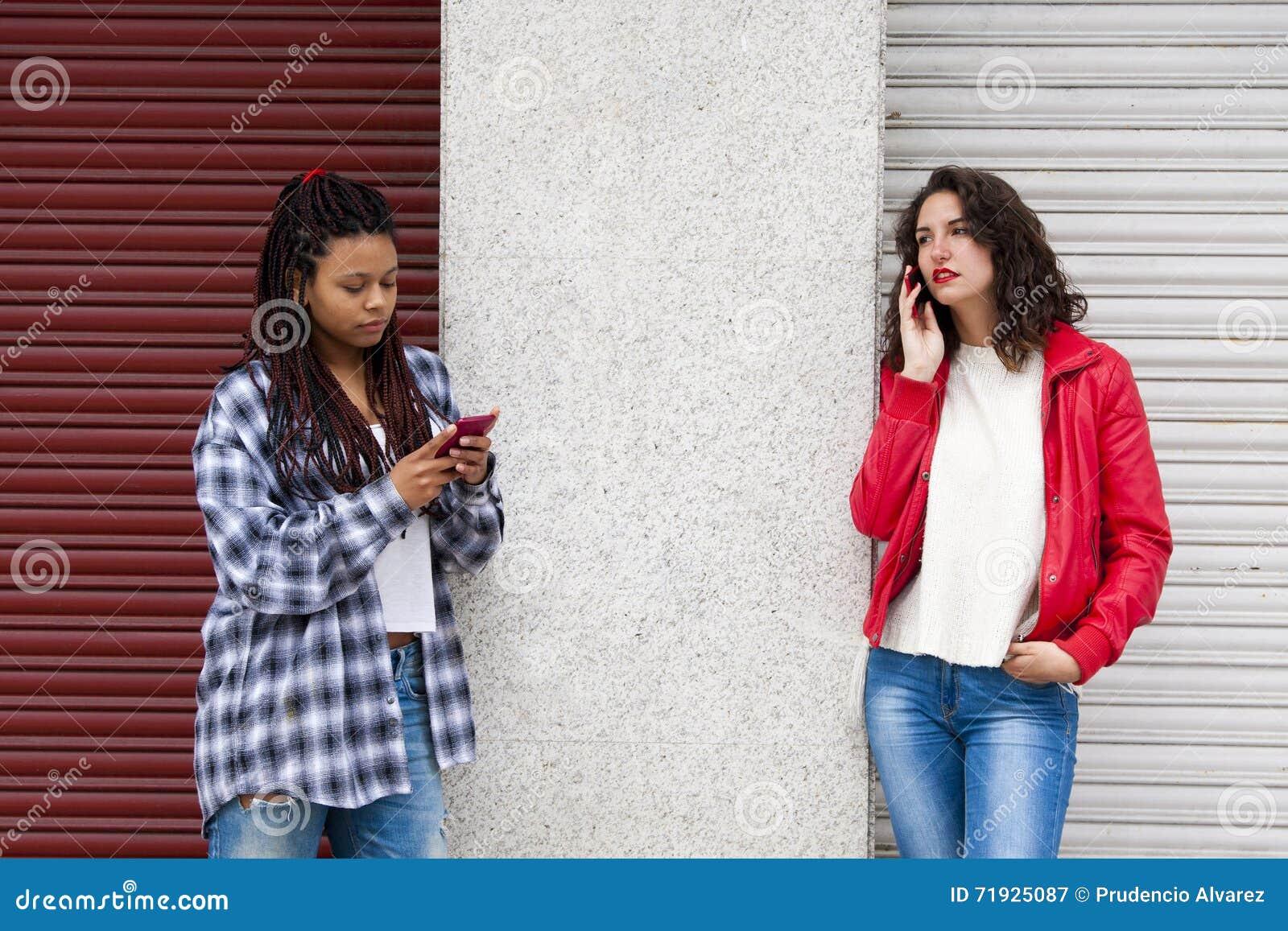 Мобильный телефон девушек