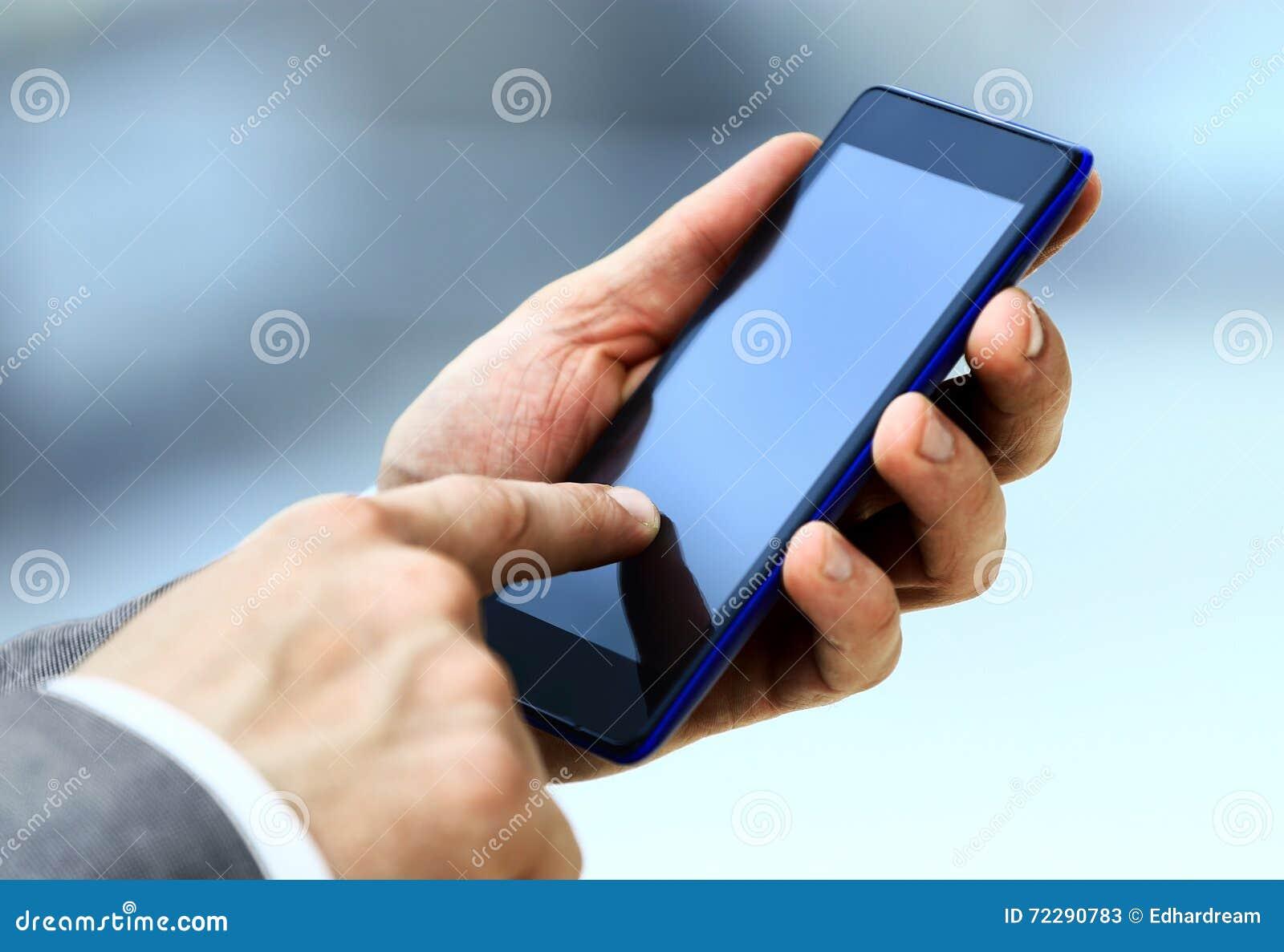 Download мобильный телефон человека используя Стоковое Изображение - изображение насчитывающей клетка, красиво: 72290783